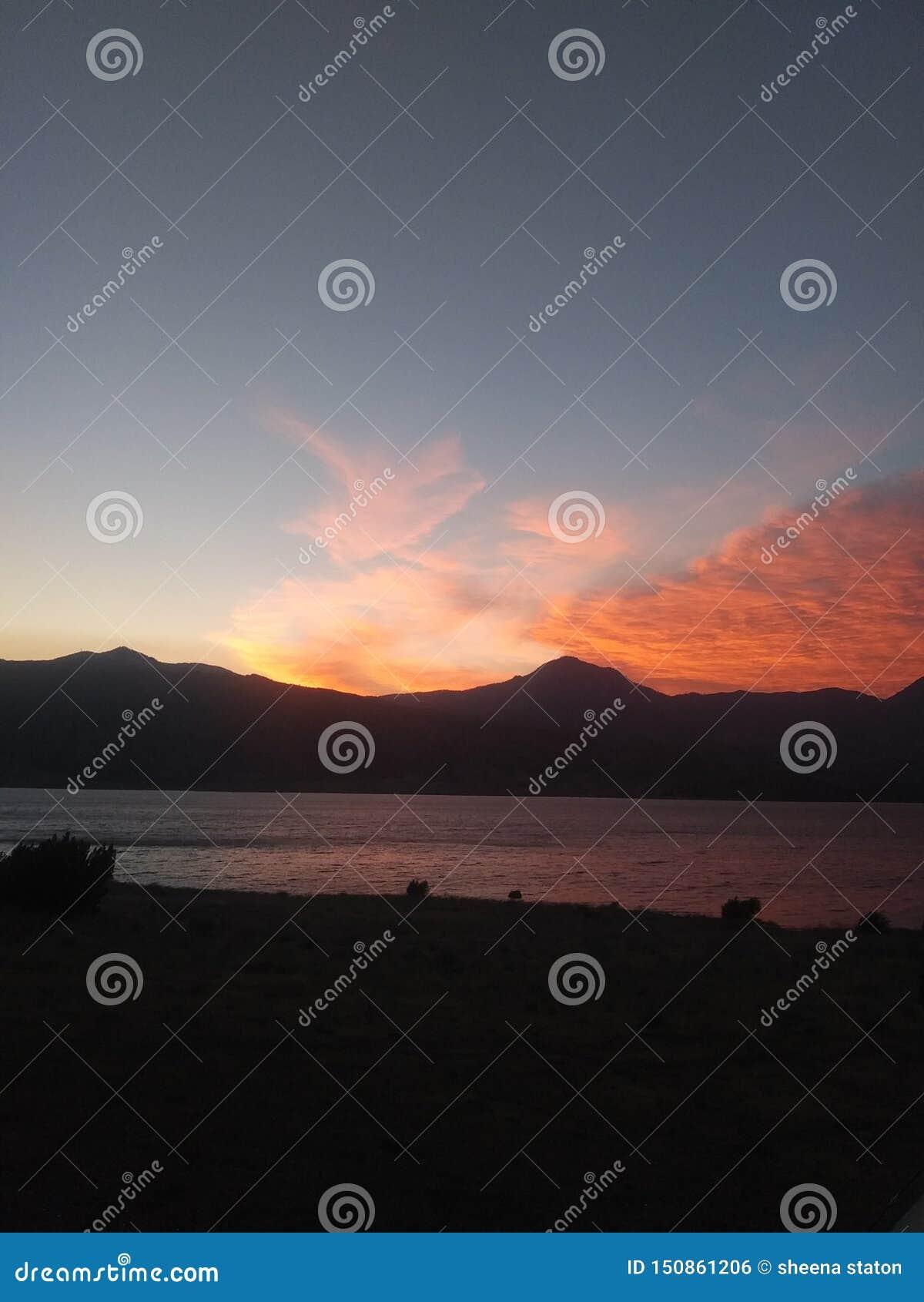 Как раз другой красивый заход солнца за горами Калифорния