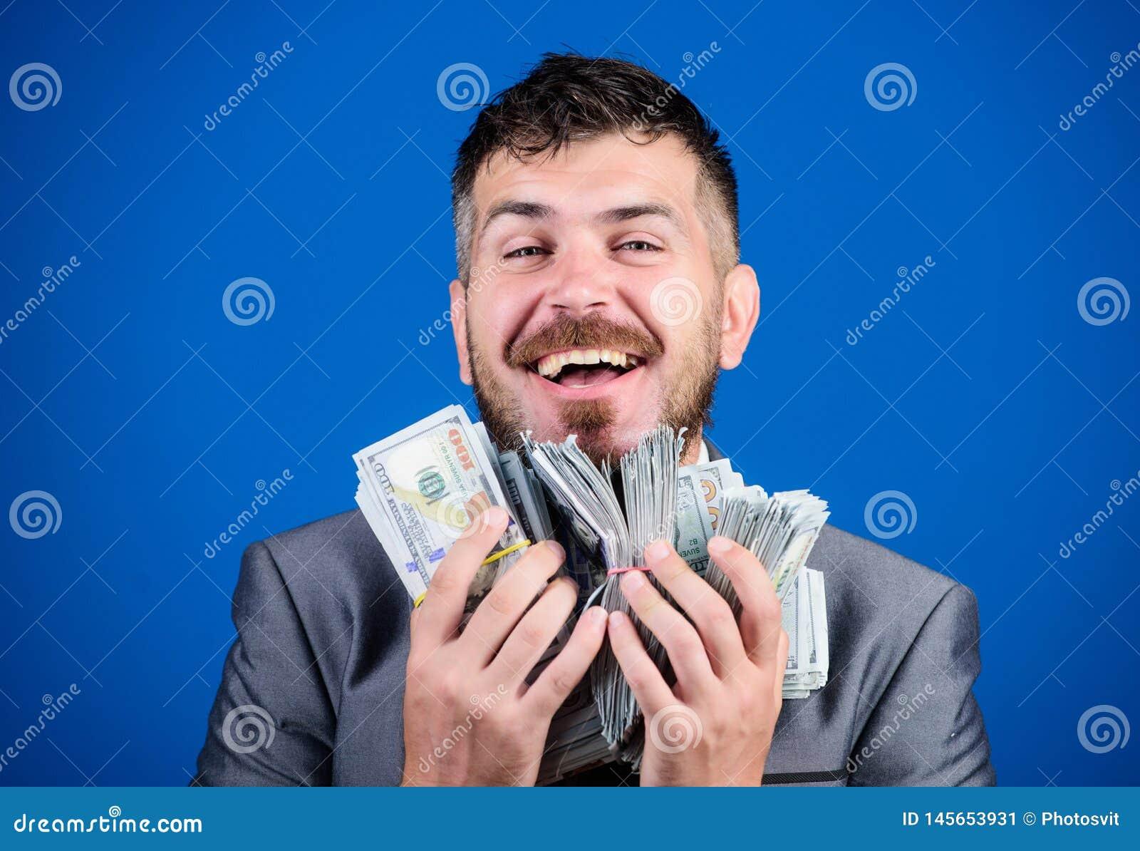 Как раз зарабатывать деньги бизнесмен после большего дела Финансы и коммерция счастливый бородатый человек имеет много деньги r