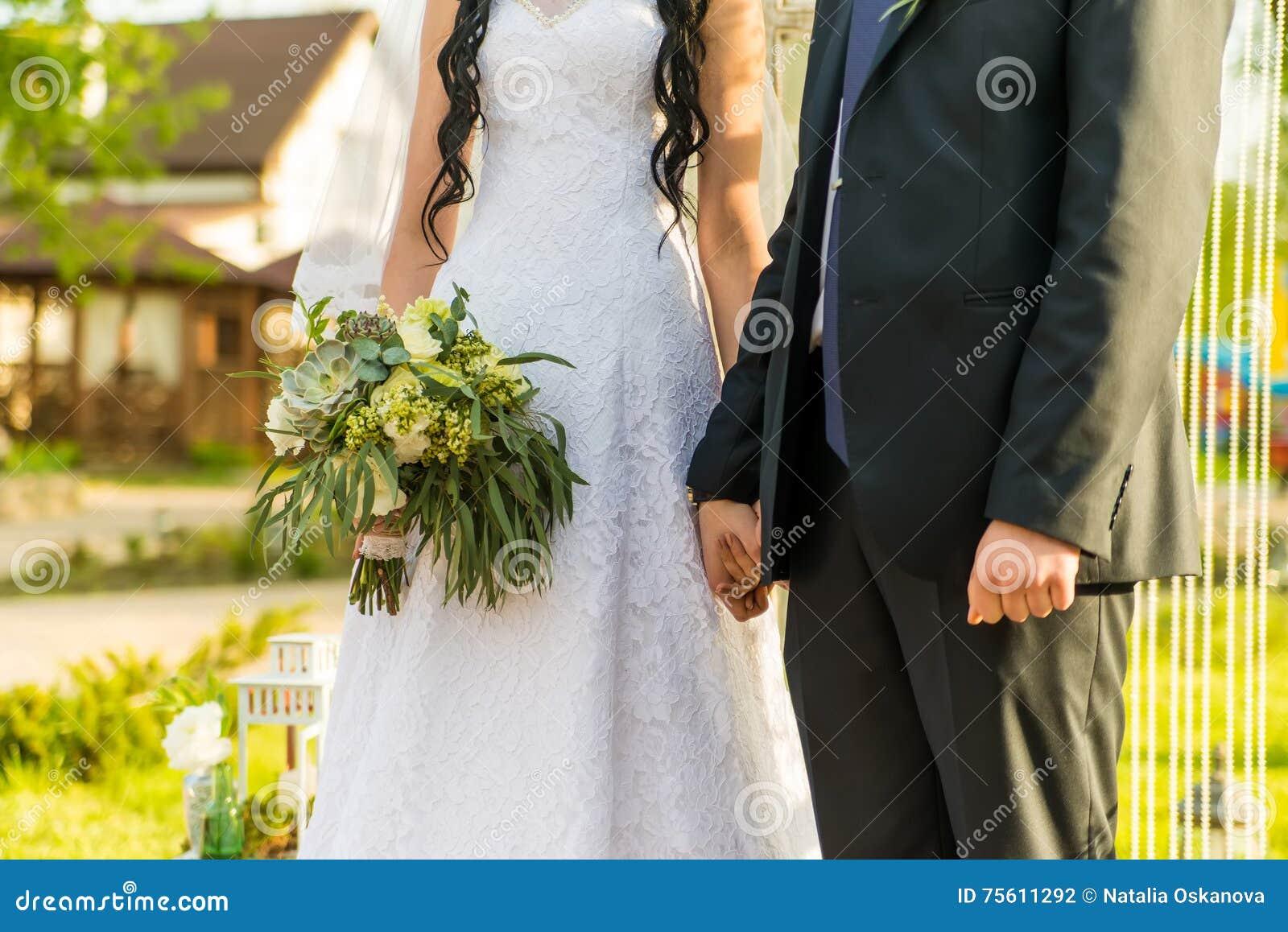 Как раз пожененные обнятые пары