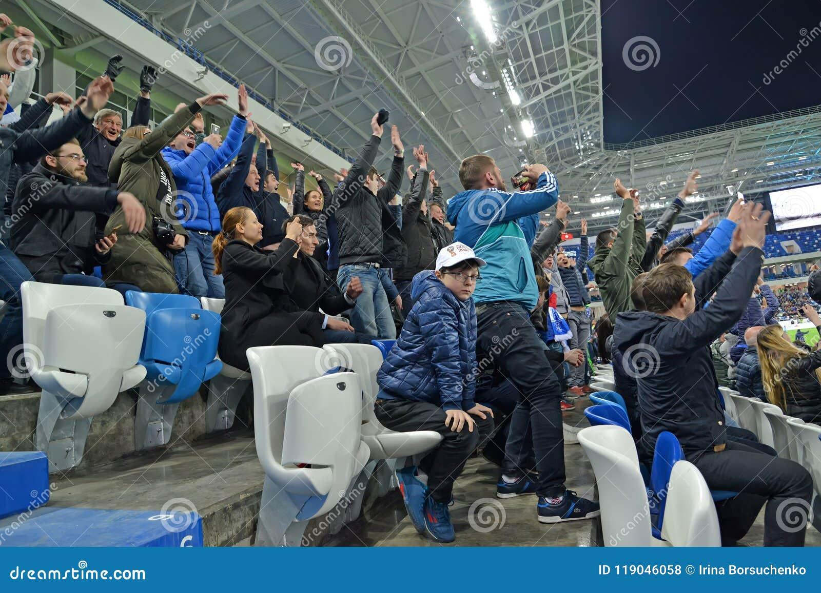 Калининград, Россия Футбольные болельщики радуются к вести счет цели стадион baltic арены