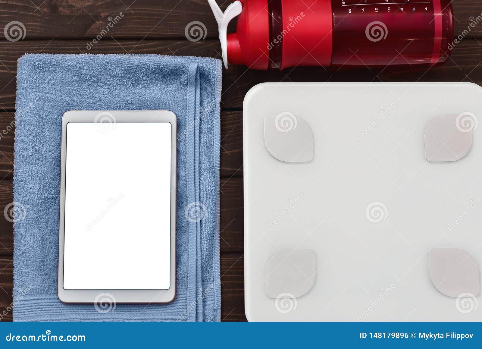 Калории Dieting и контроля для концепции здоровий умный прибор планшета масштабов веса и выпивая бутылка на борту r