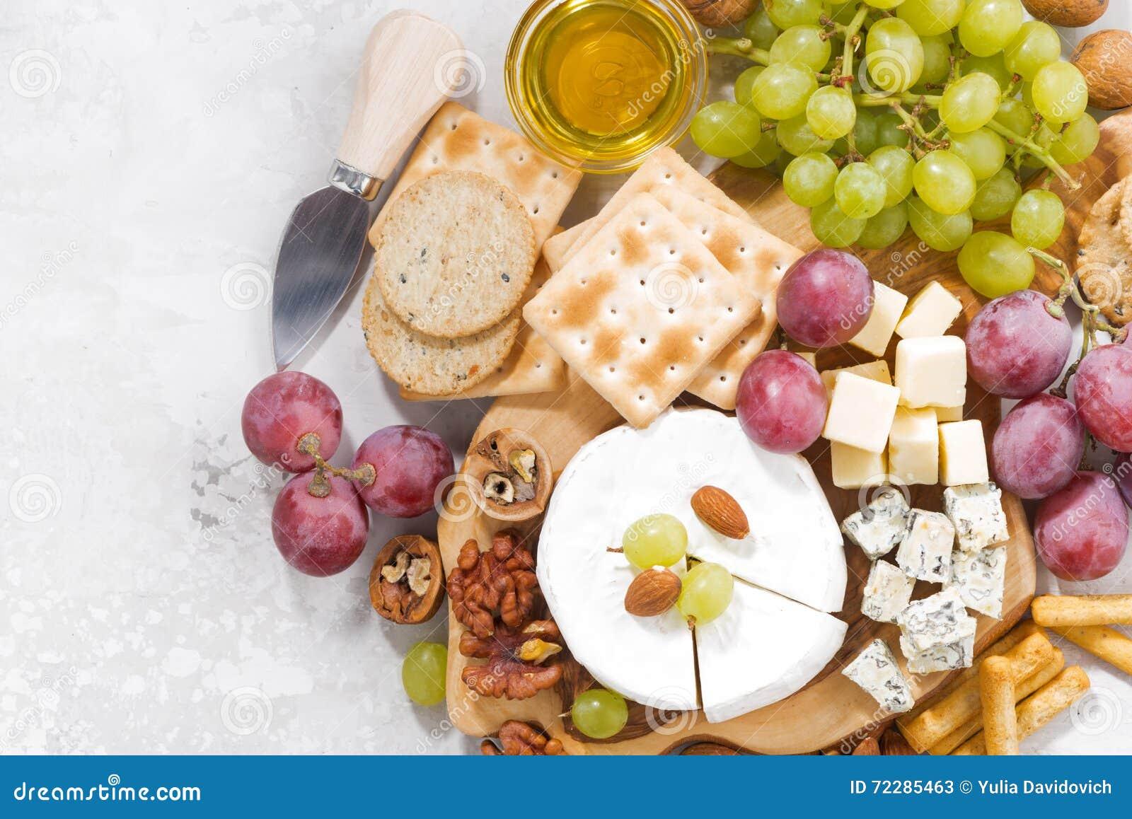 Download Камамбер, виноградины и закуски на белой предпосылке, взгляд сверху Стоковое Изображение - изображение насчитывающей молокозавод, гастроном: 72285463