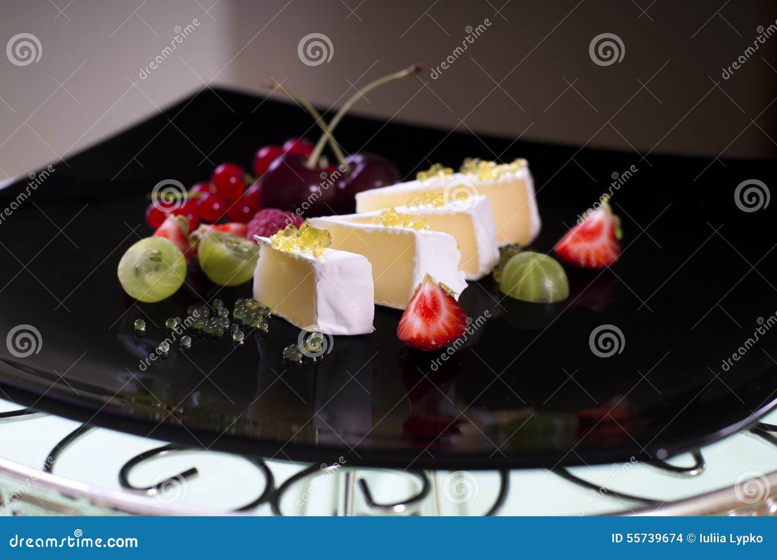 Камамбер с икрой меда и свежими ягодами
