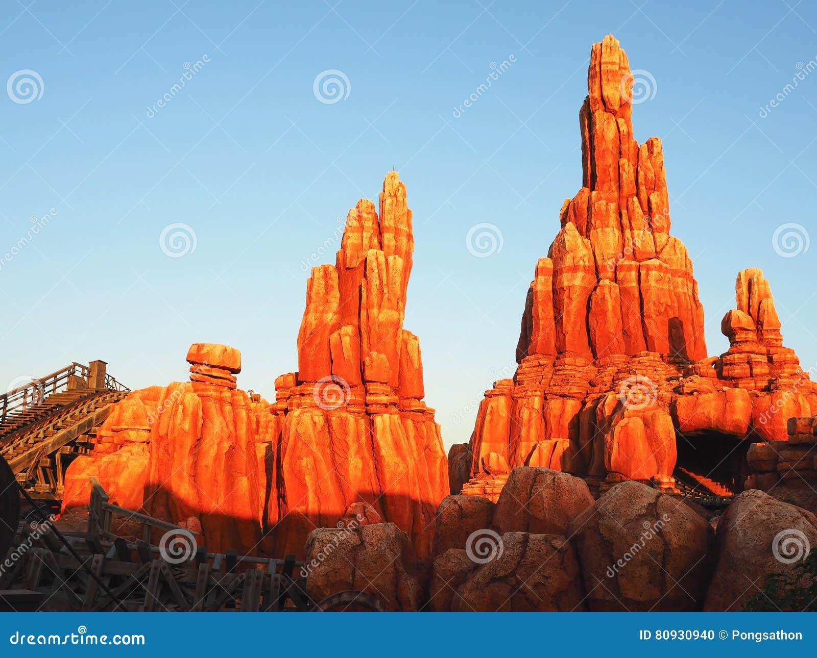 Каменная гора с светом утра