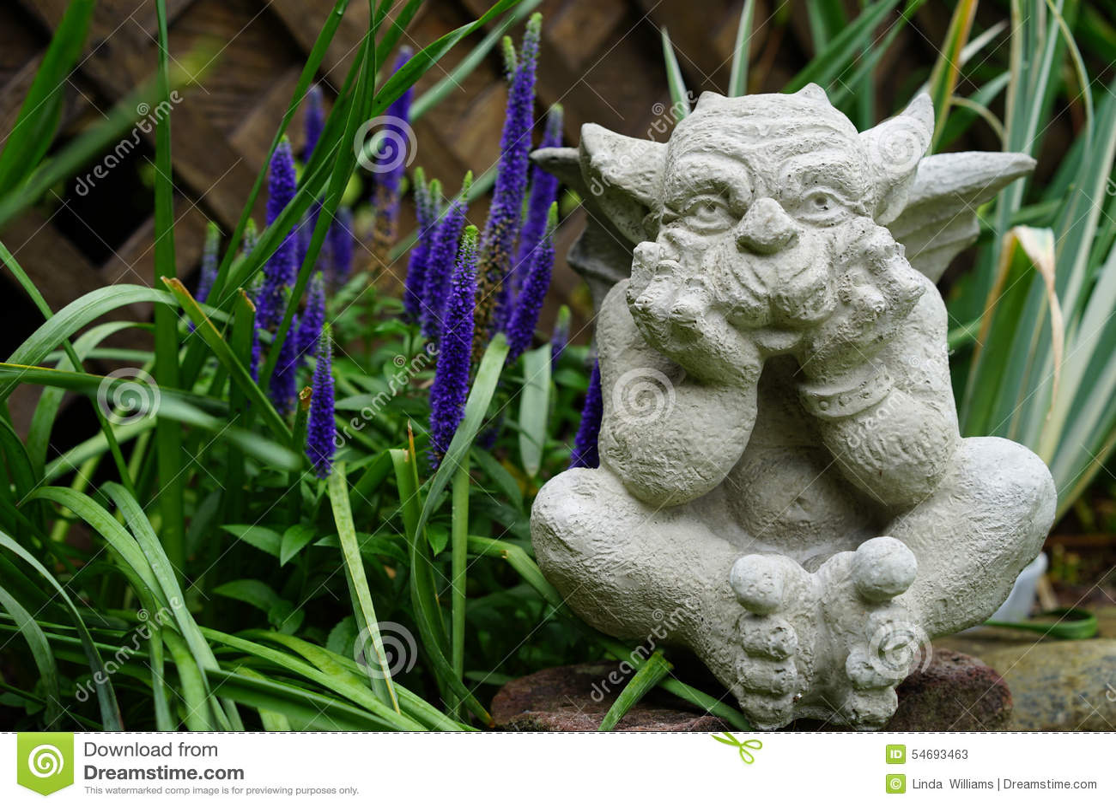Каменная горгулья в саде