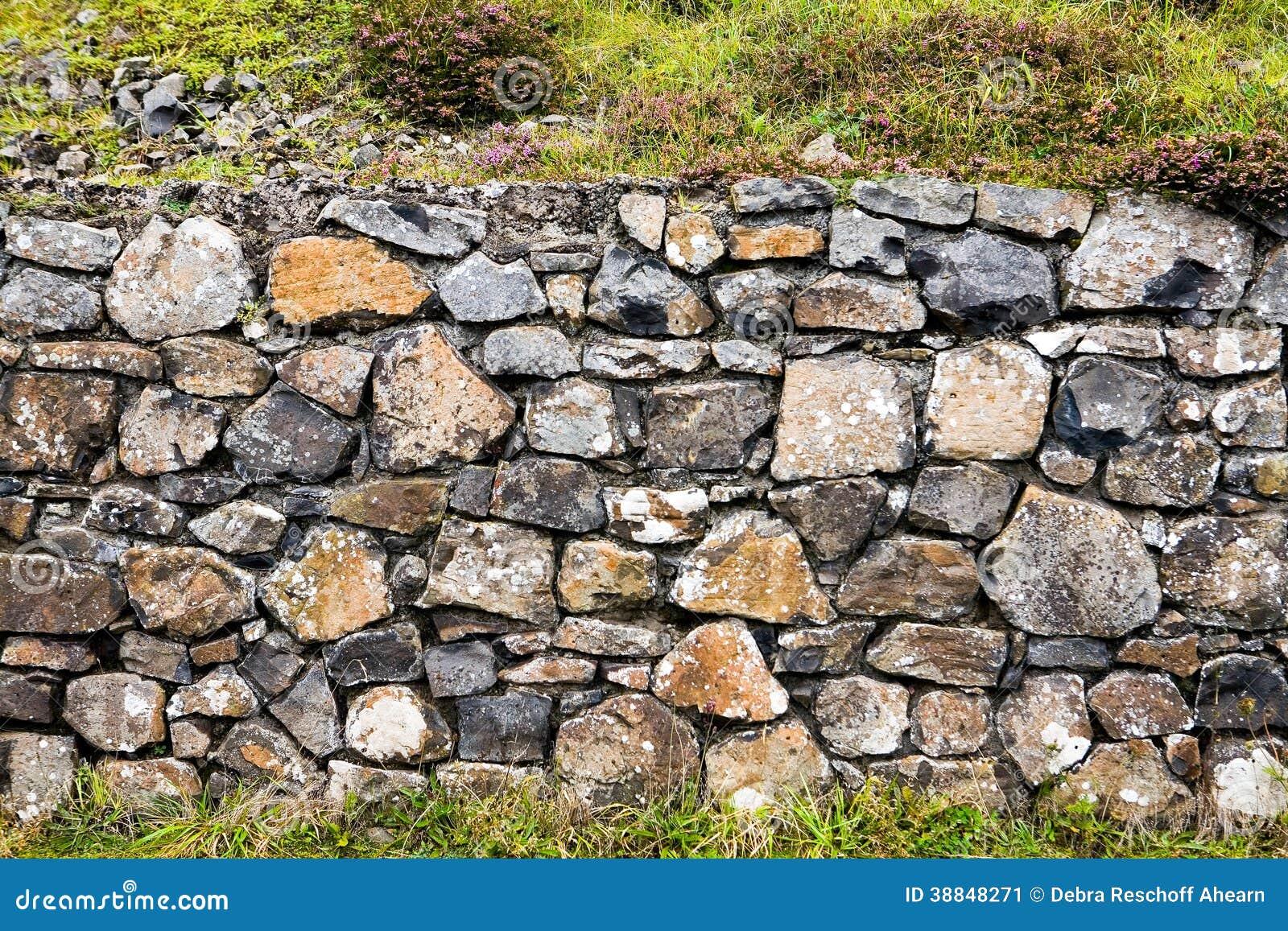 Каменная стена на мощёной дорожке Giants