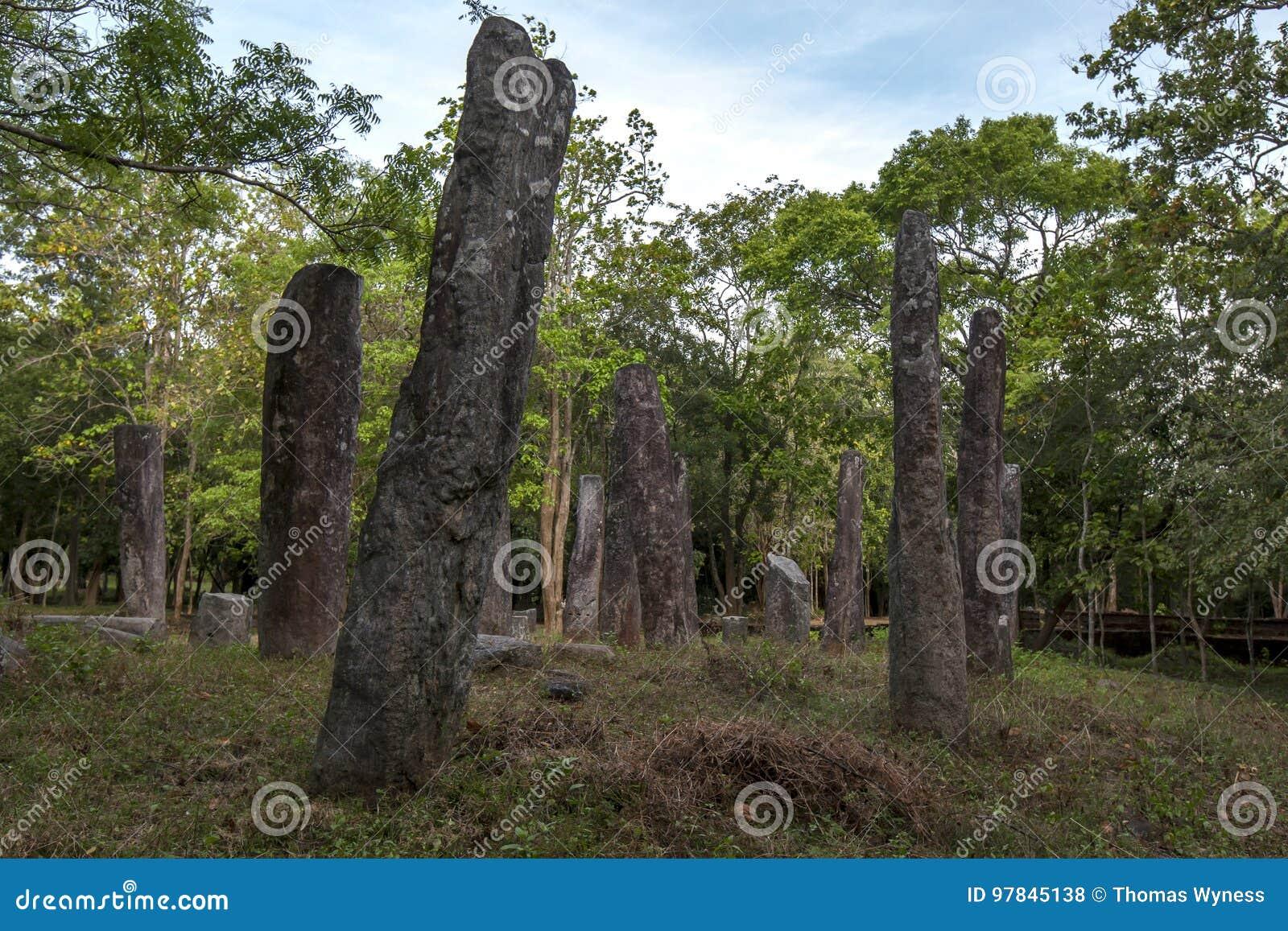 Каменные штендеры принадлежа к старинному зданию на виске Pidurangala на Sigiriya в Шри-Ланке