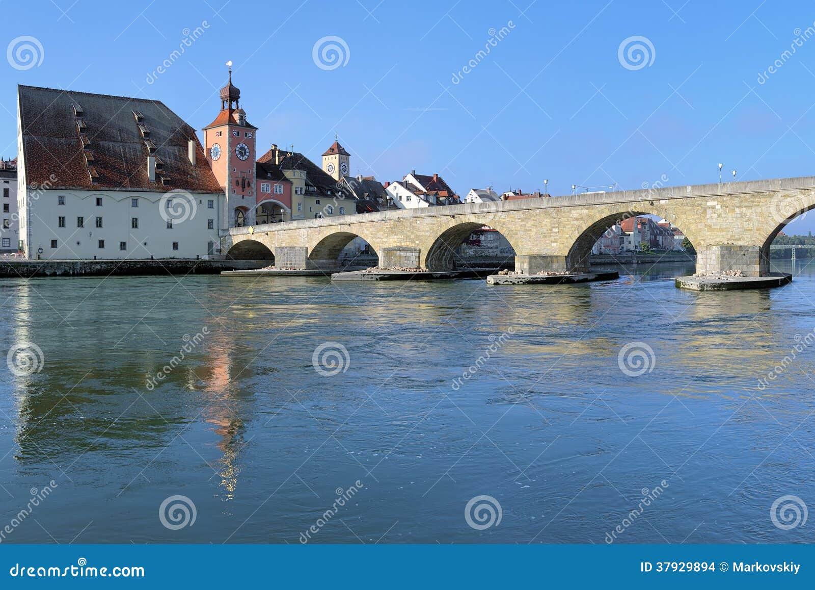 Каменный мост над Дунаем и домом соли в Регенсбурге, Германии