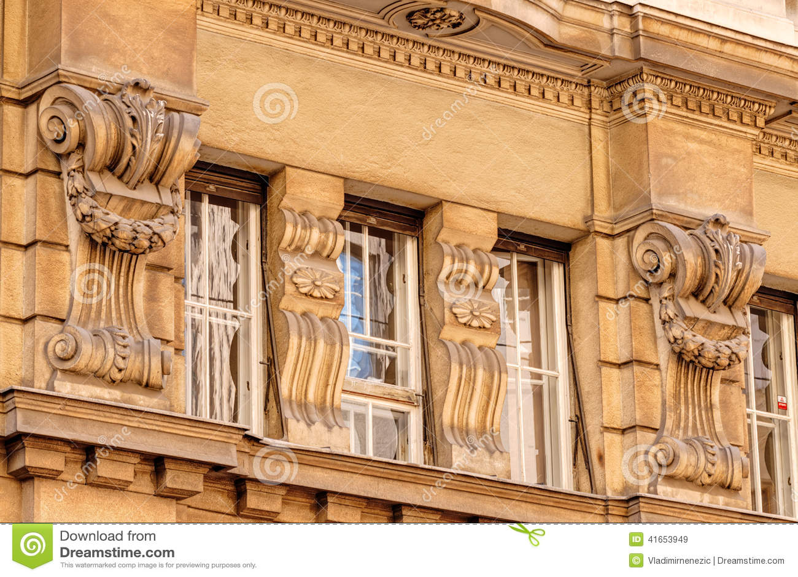 Каменный фасад на классическом здании