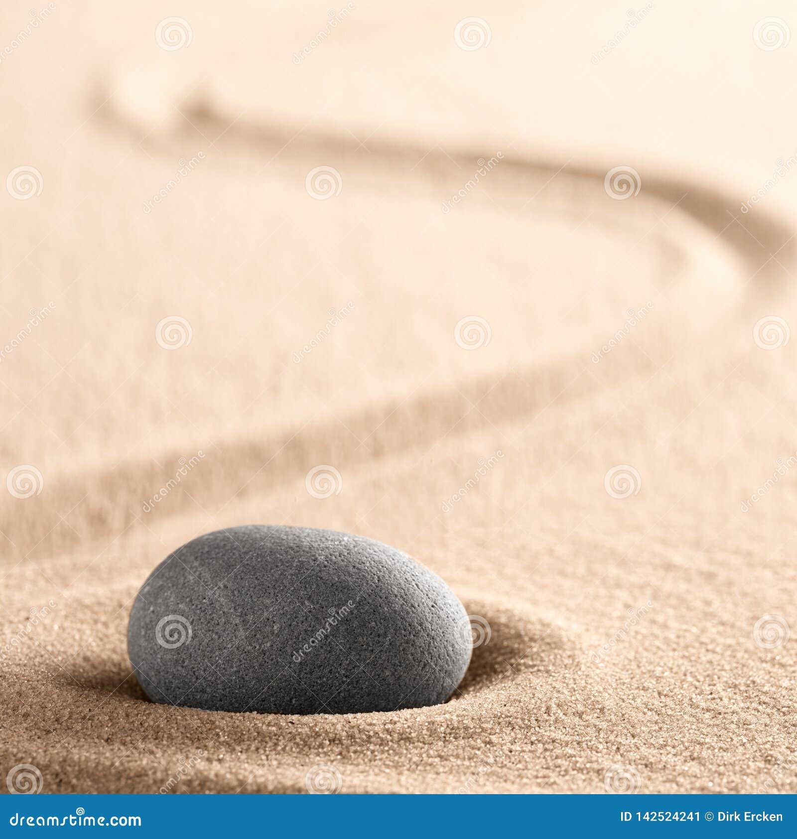 Камень раздумья дзэна японские и сад песка со сгребенной линией
