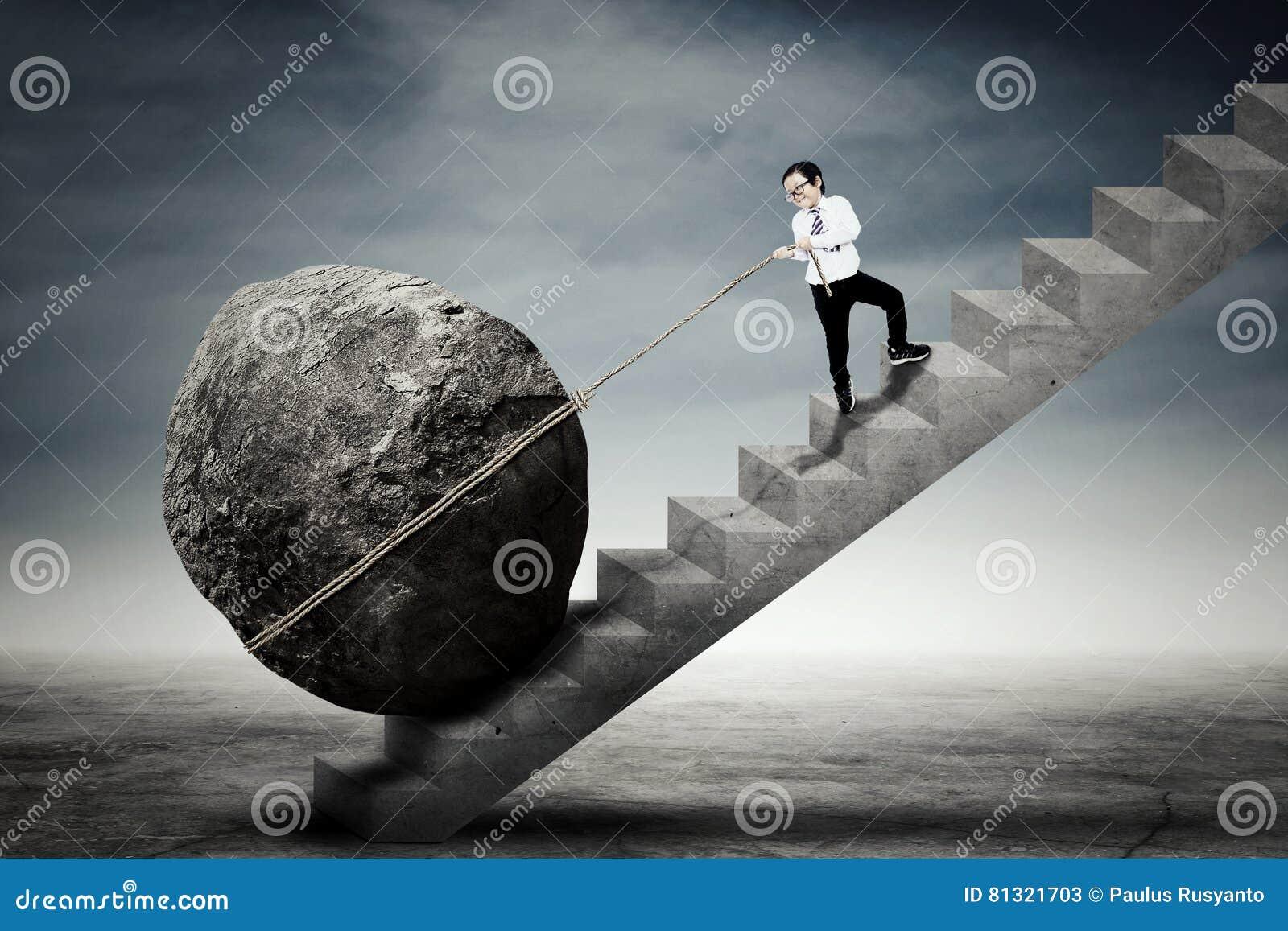 Камень ребенка волоча на лестницах