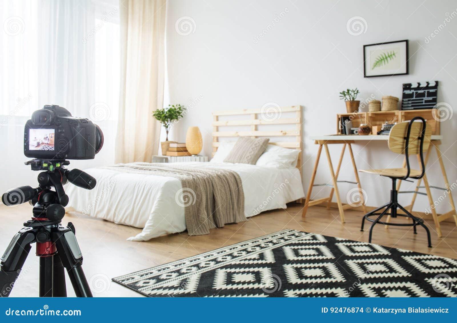 Камера в комнате