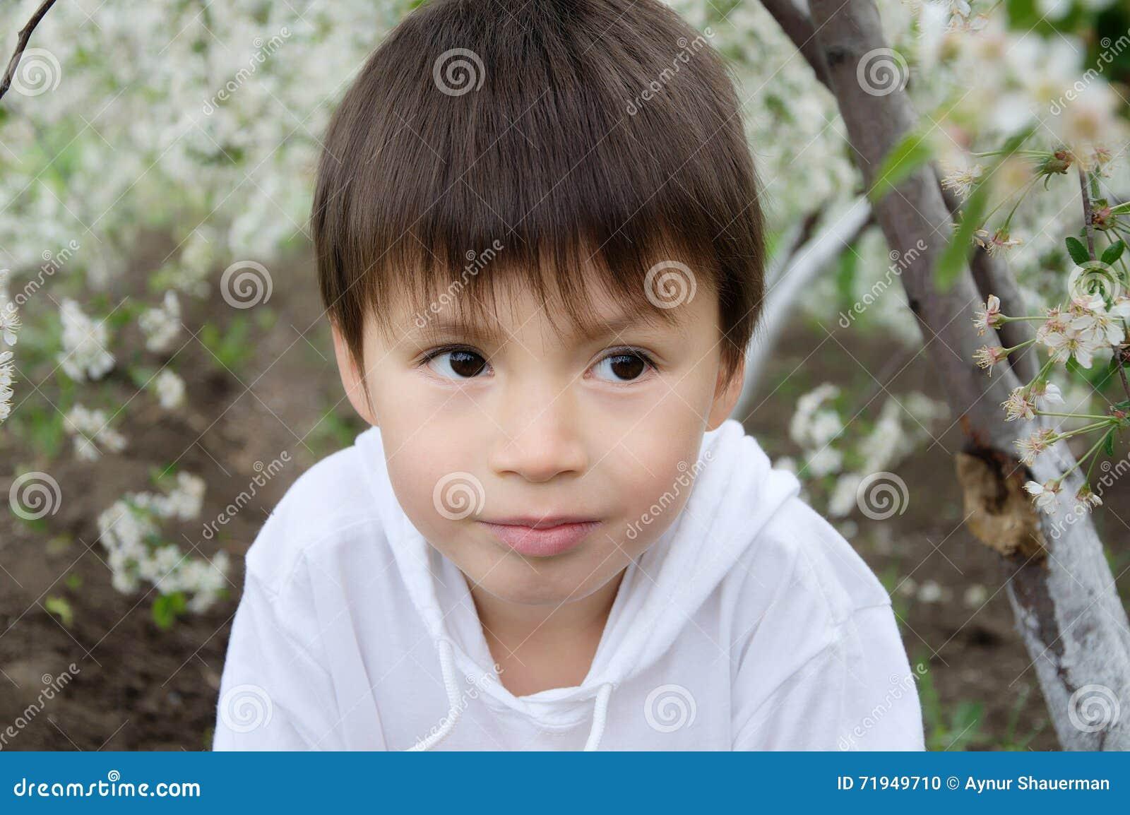 камера мальчика смотря напольный портрет