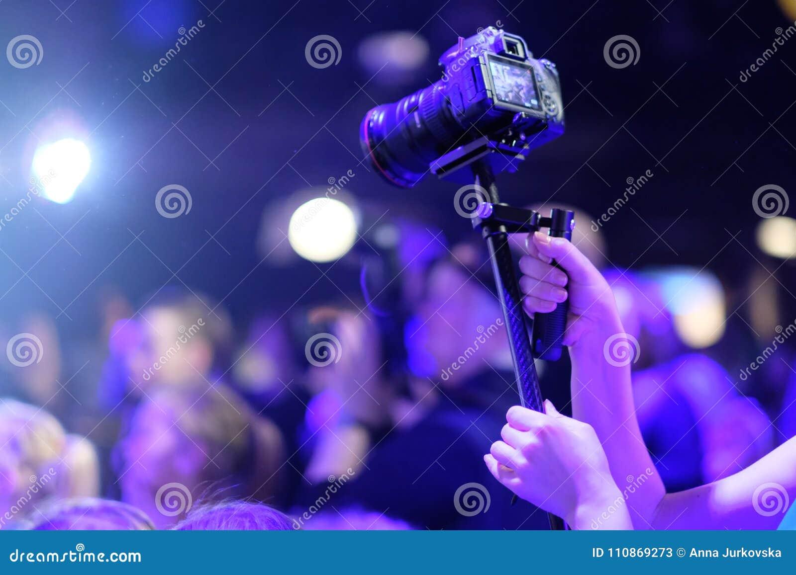 Тысяча вспышек фотоаппаратов на концерте