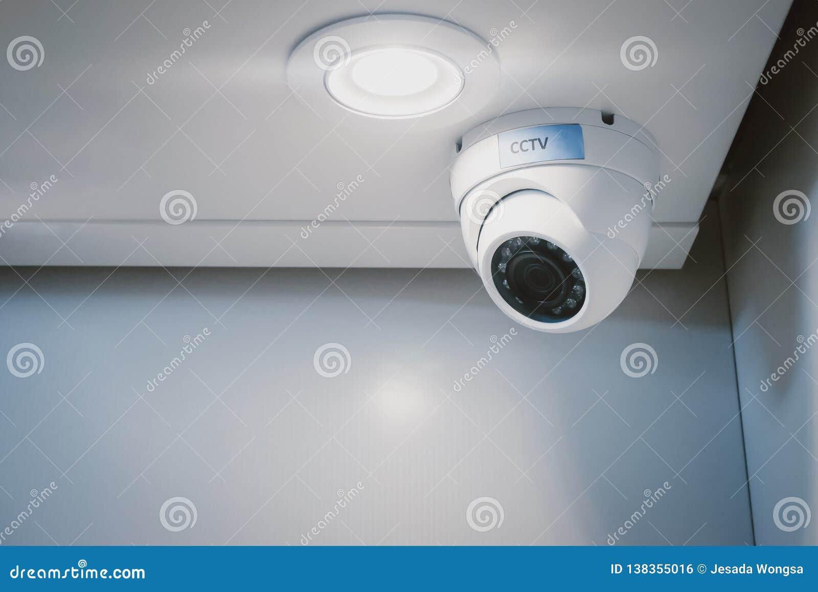 Камера слежения CCTV на стене в домашнем офисе для наблюдения контролируя систему домашнего предохранителя