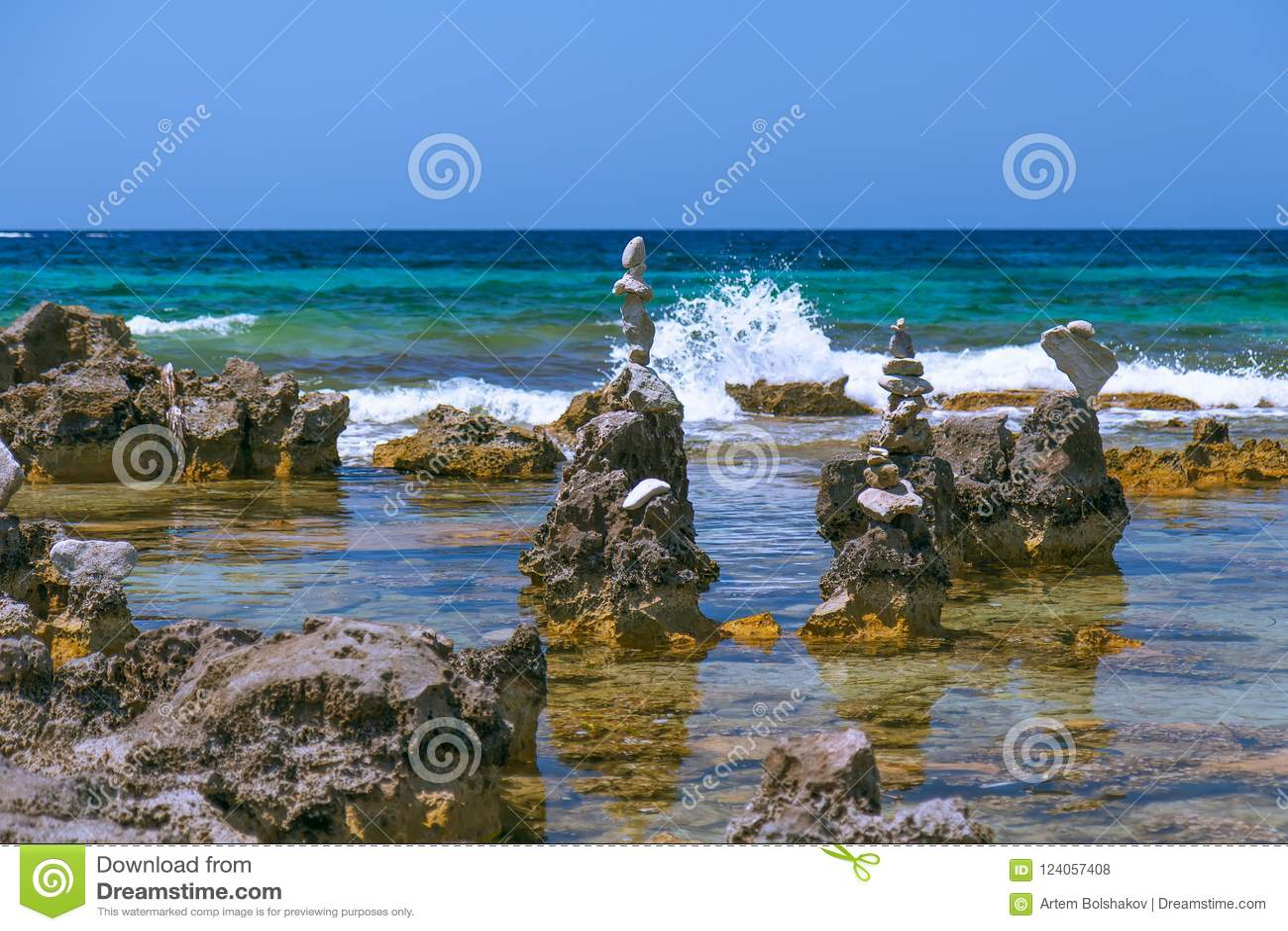 Камешки моря возвышаются на пляже Ibiza, Испании