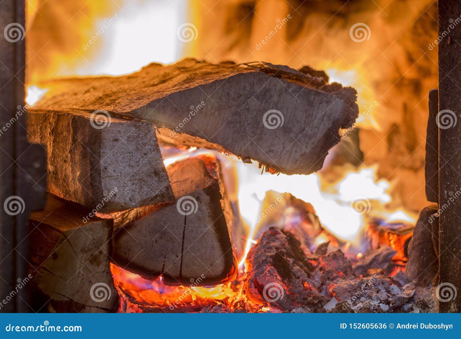 Камин с горящей древесиной