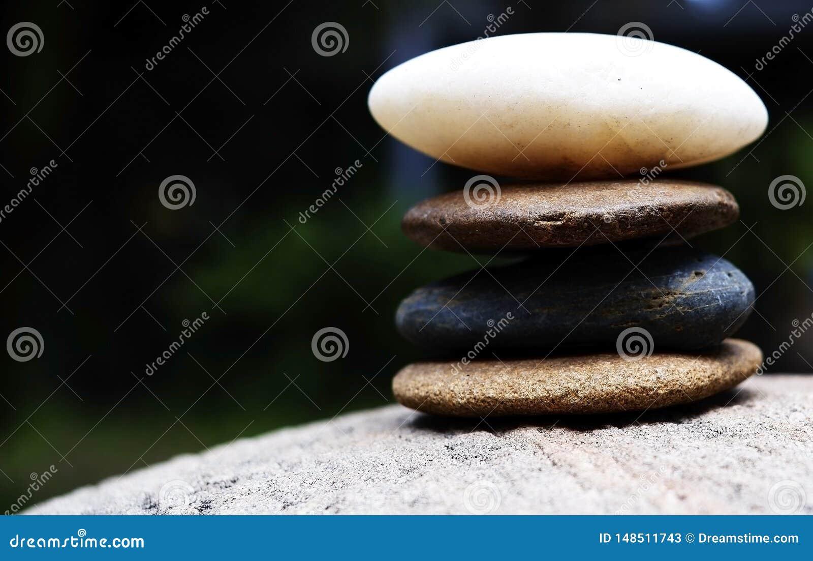 Камни возвышаются как дзэн на большом камне