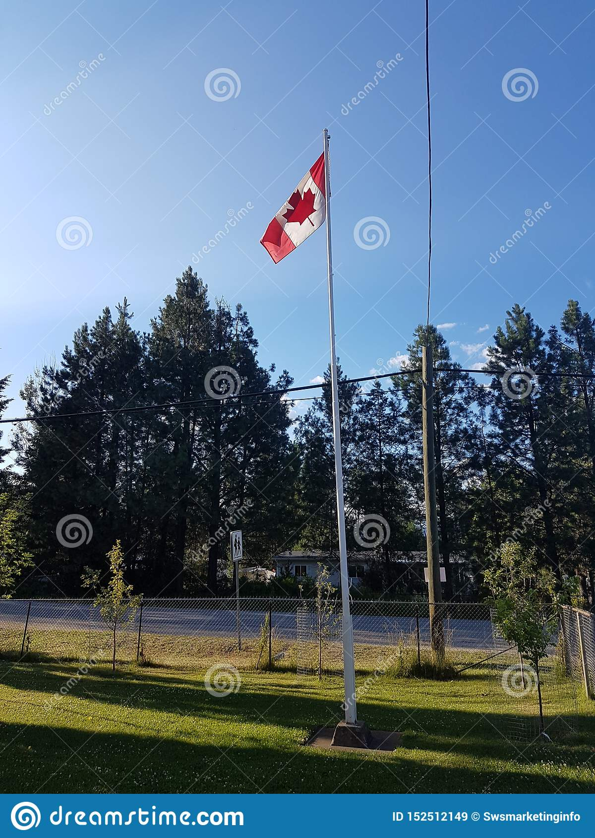 Канадский флаг в школьном дворе