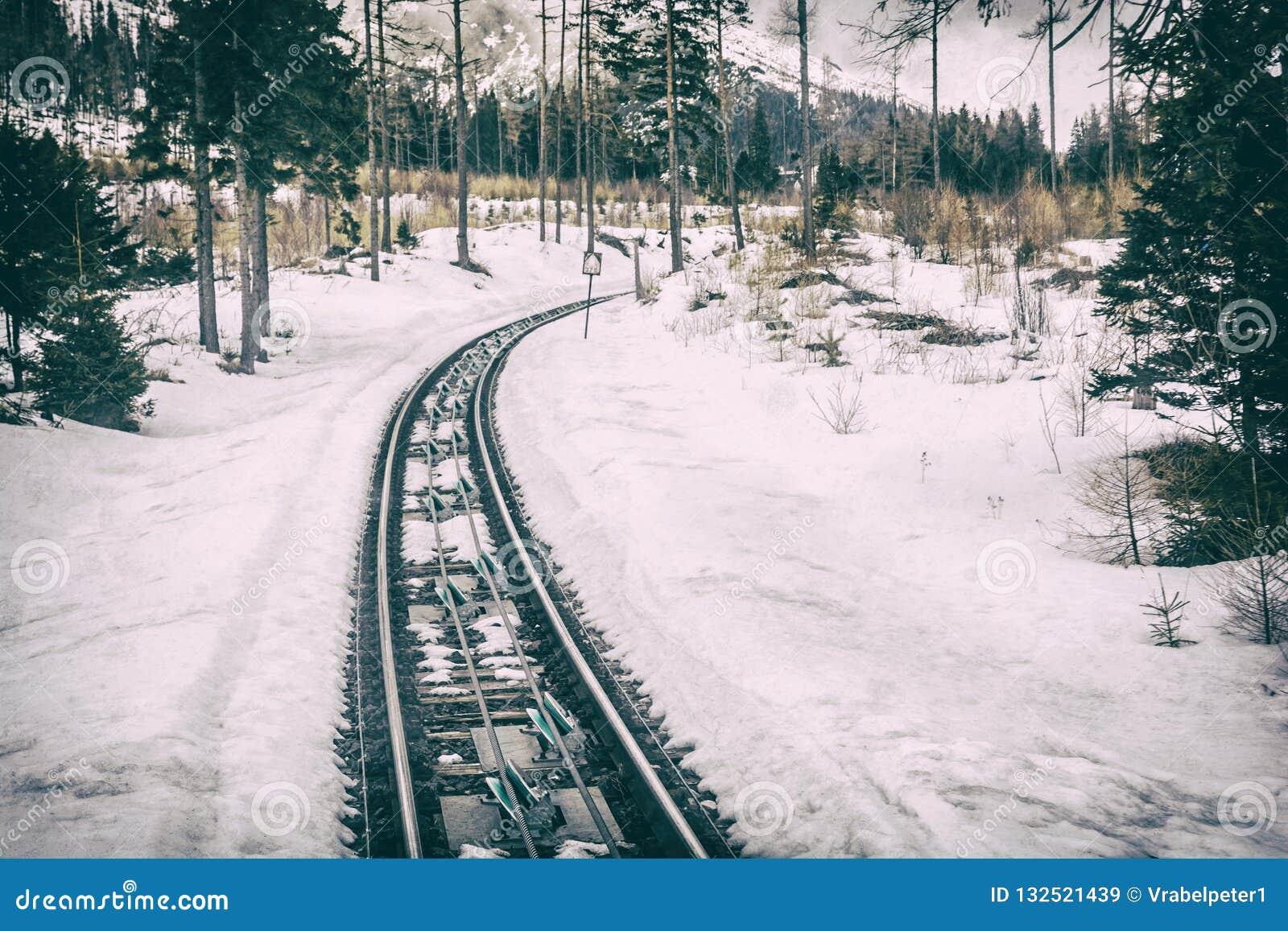 Канатная железная дорога на высоком Tatras в Словакии, сетноом-аналогов фильтре