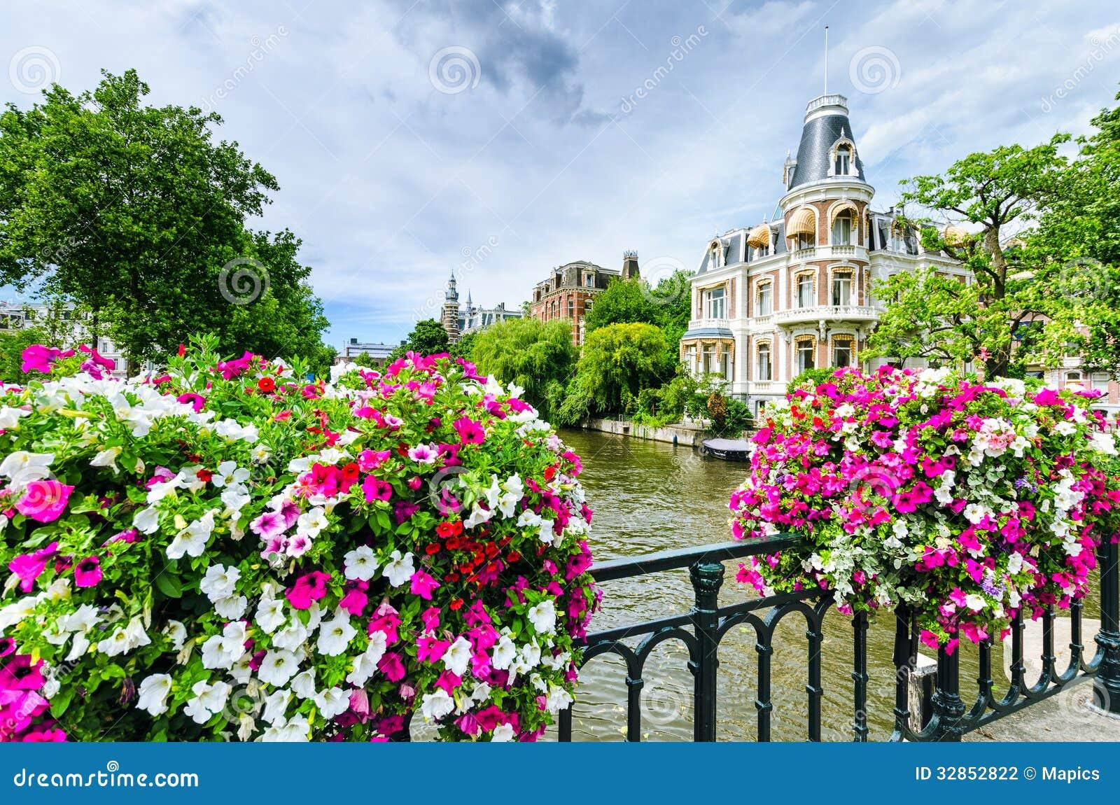 Канал в Амстердаме с цветками на мосте
