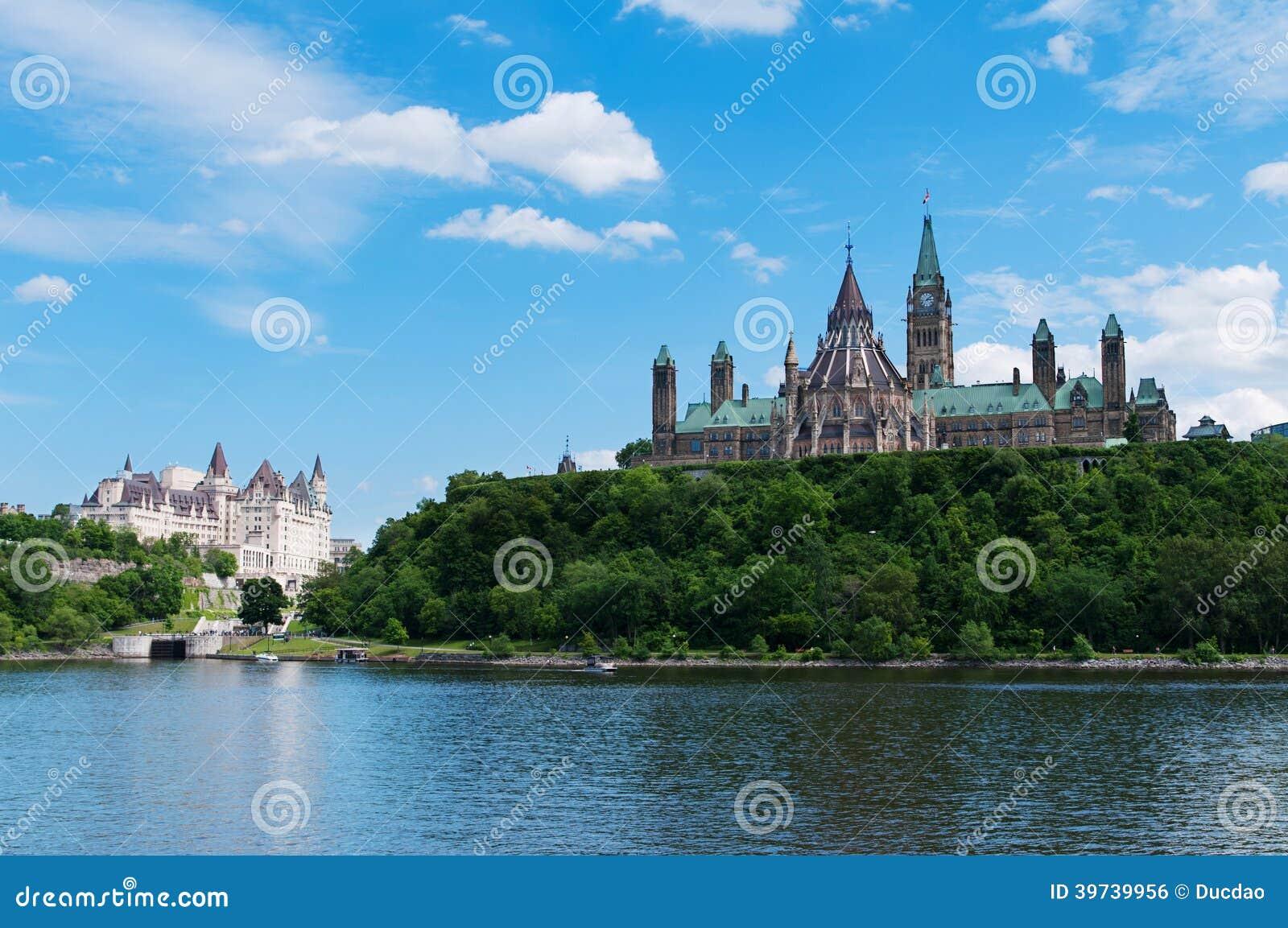 Канадский холм парламента осмотренный с другой стороны реки Оттавы