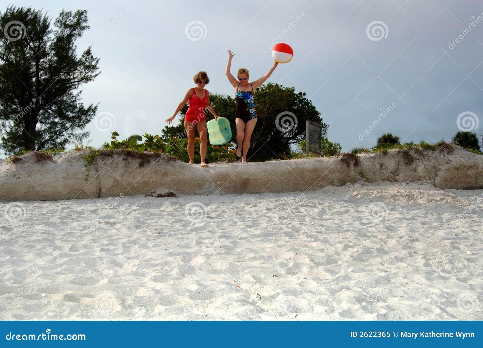 каникула старшия друзей пляжа