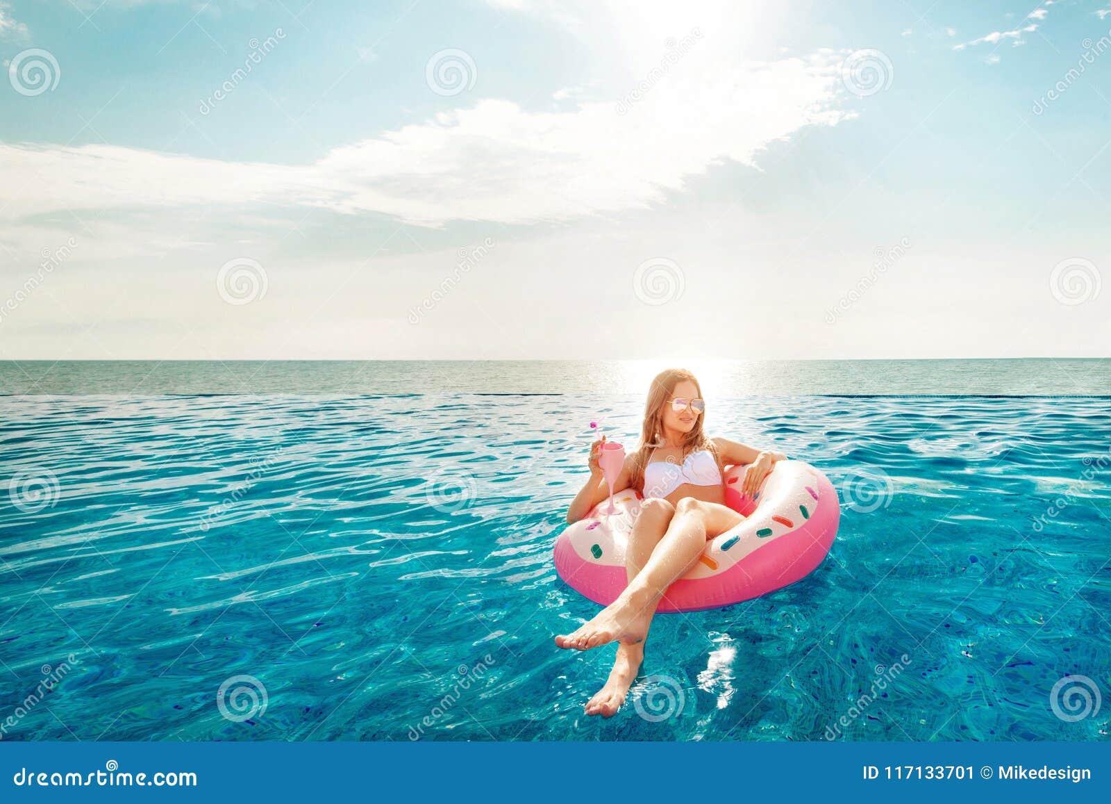 каникула территории лета katya krasnodar Женщина в бикини на раздувном тюфяке донута в бассейне КУРОРТА Пляж на голубом море