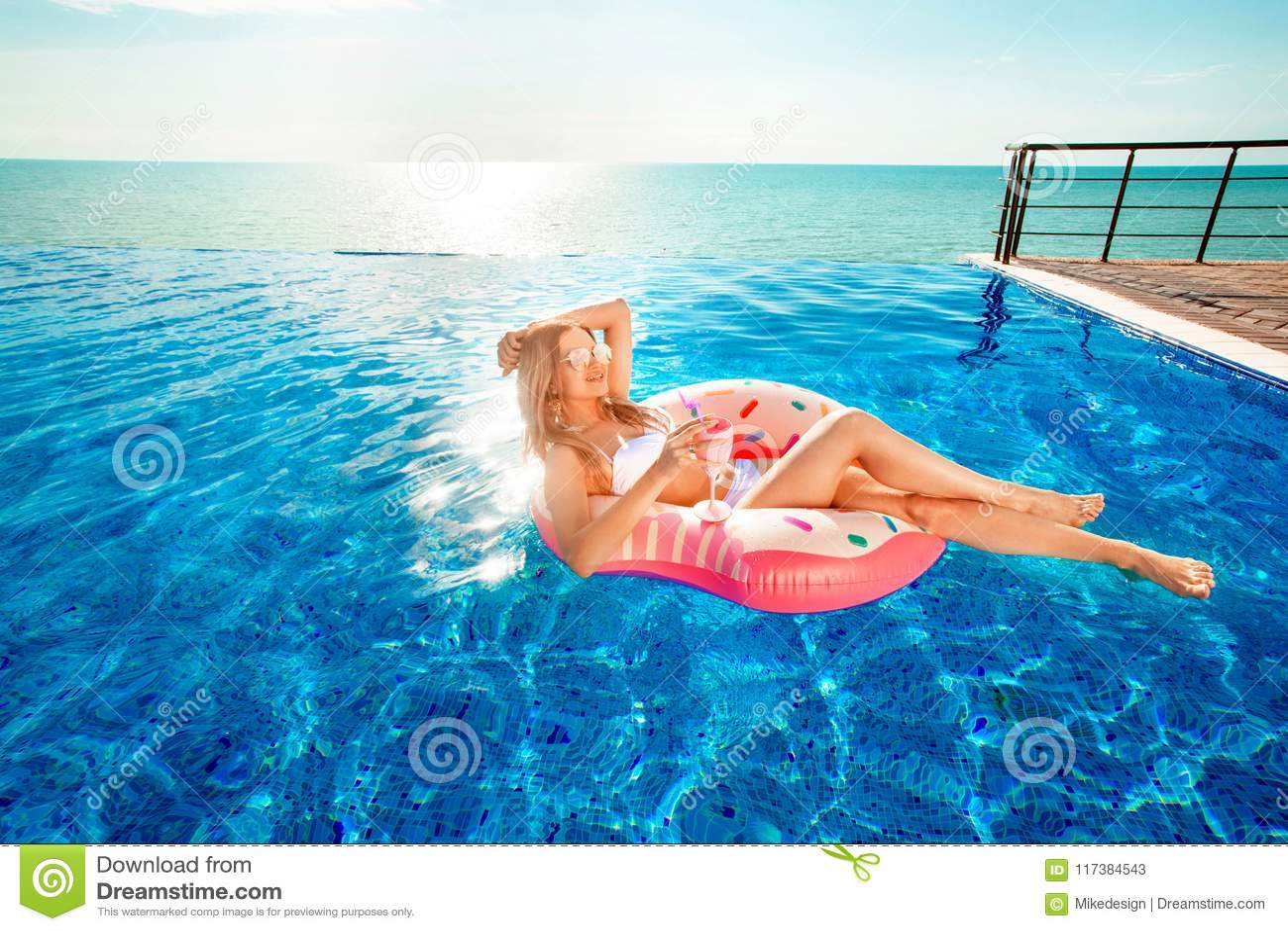 каникула территории лета katya krasnodar Женщина в бикини на раздувном тюфяке донута в бассейне КУРОРТА