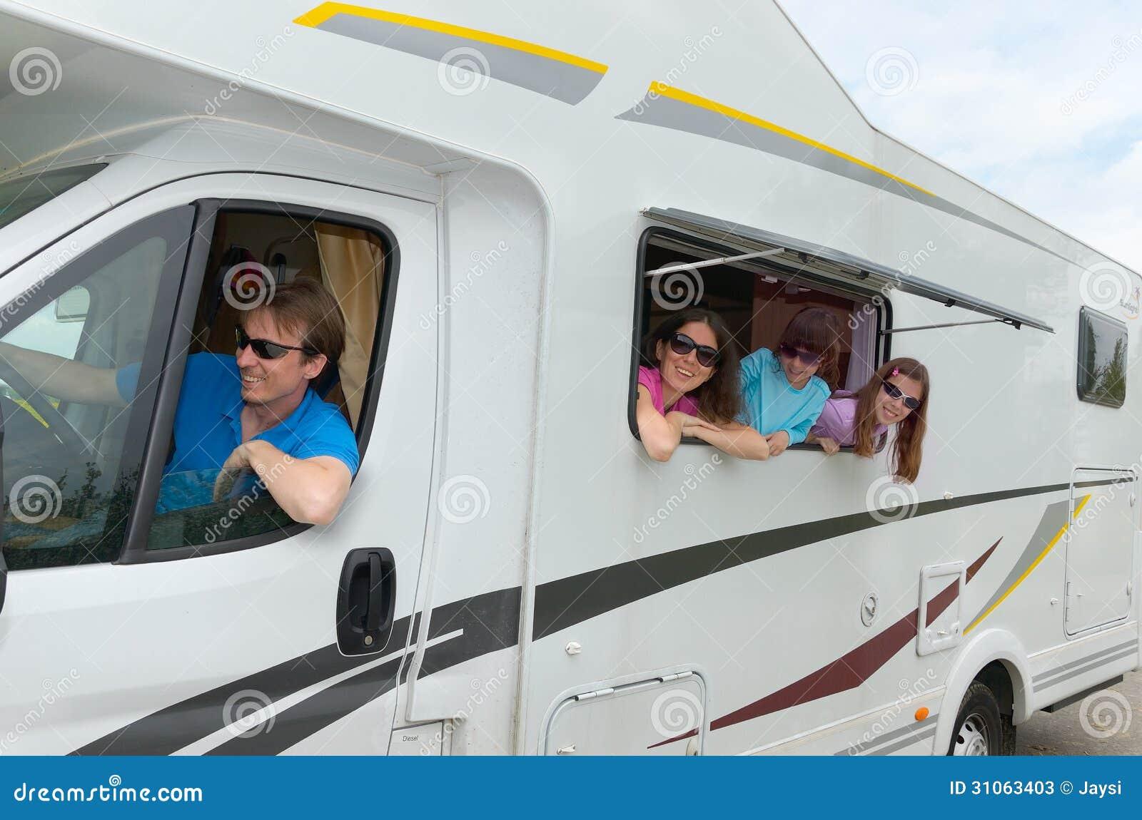 Каникула семьи, перемещение RV (туриста) с детьми