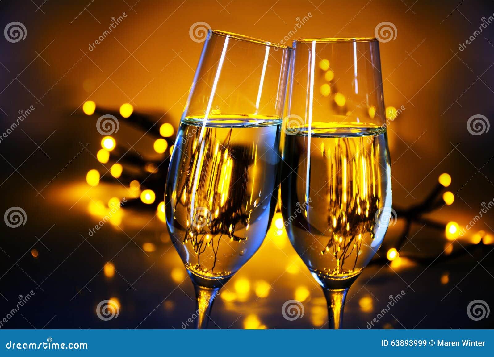 2 каннелюры шампанского clink стекла на p рождества или Нового Года