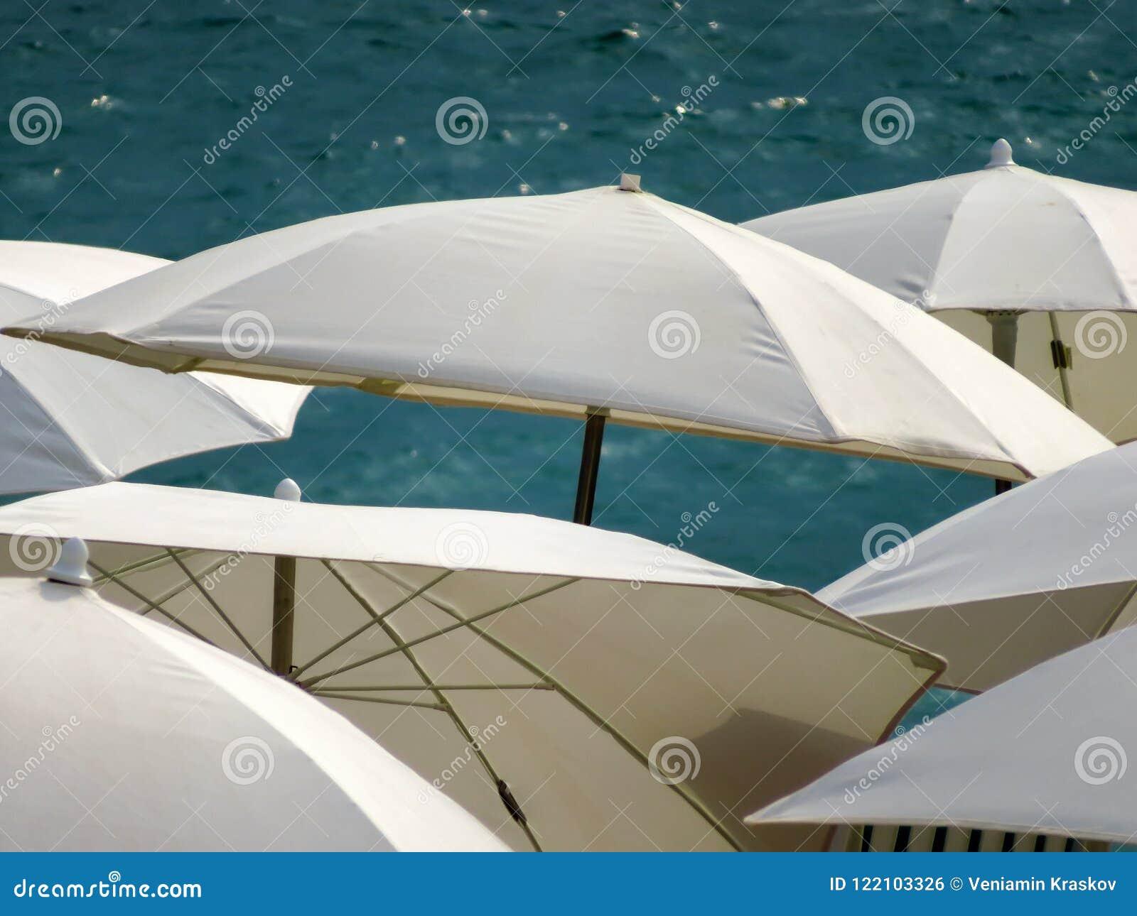 Канн - белые зонтики на пляже