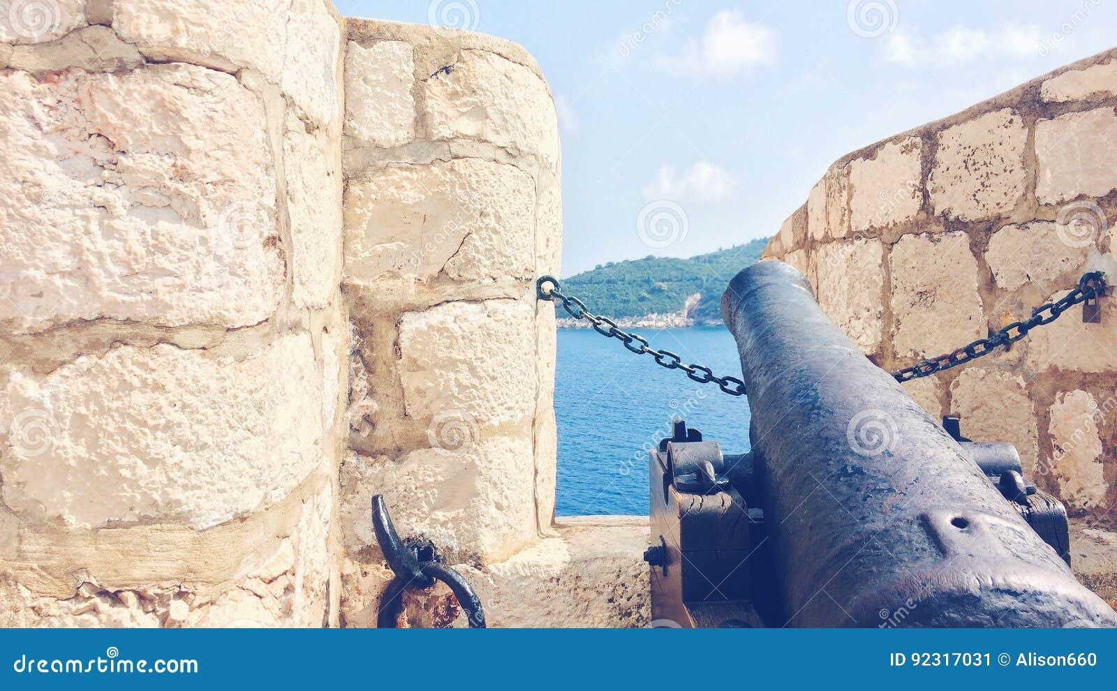 Канон на старых стенах городка Дубровника, Хорватии