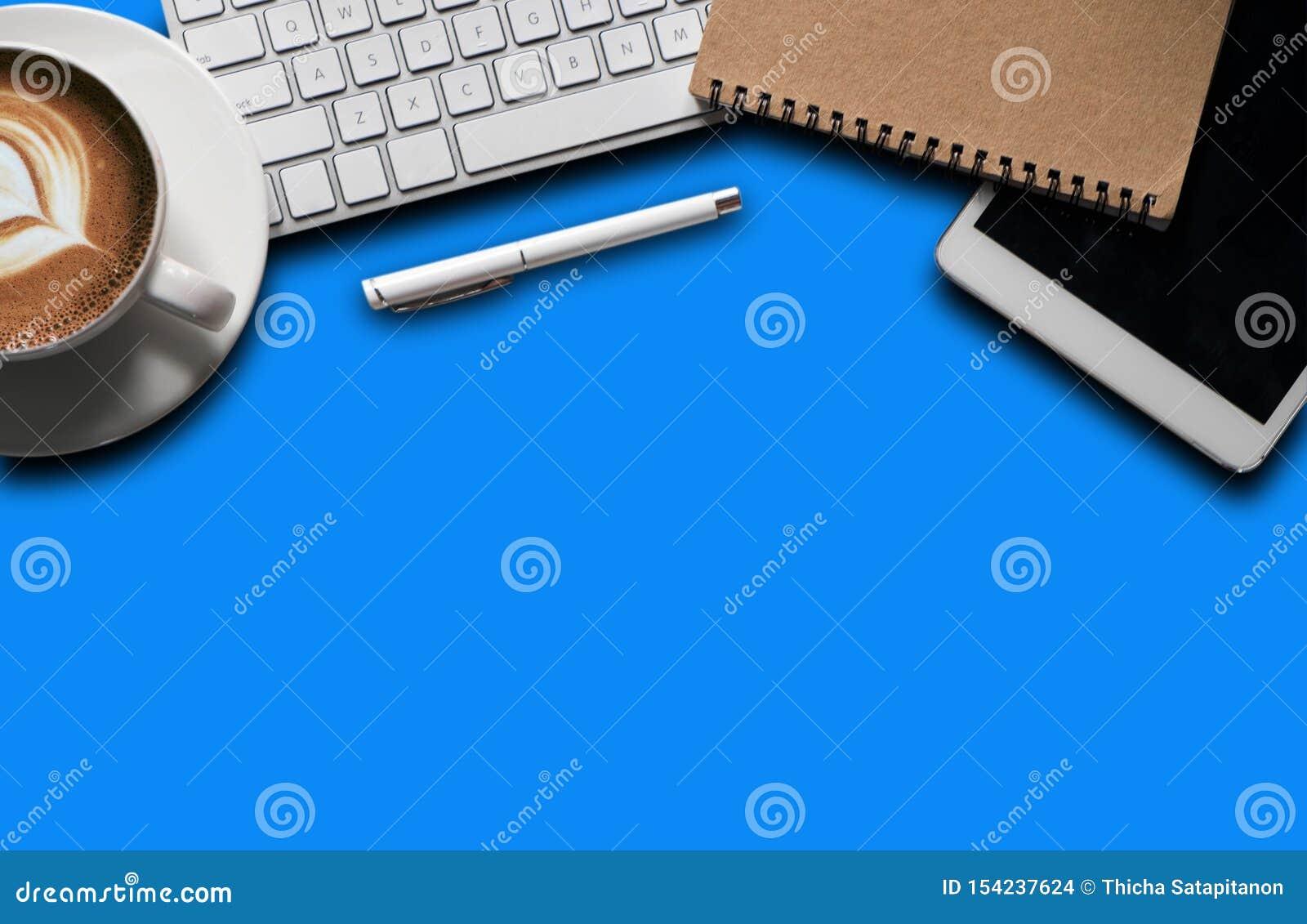 Канцелярские товары с ноутбуком, смартфоном, ручкой, планшетом, тетрадью