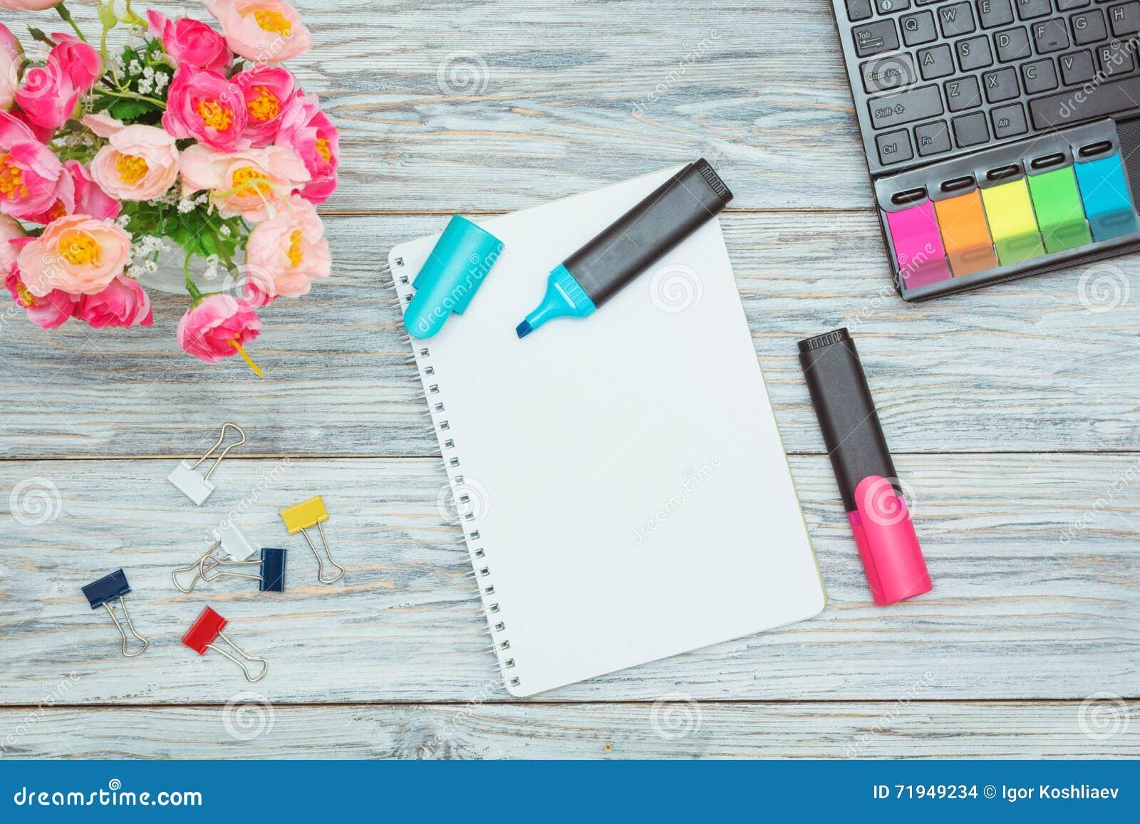 Канцелярские принадлежности, цветки и блокнот