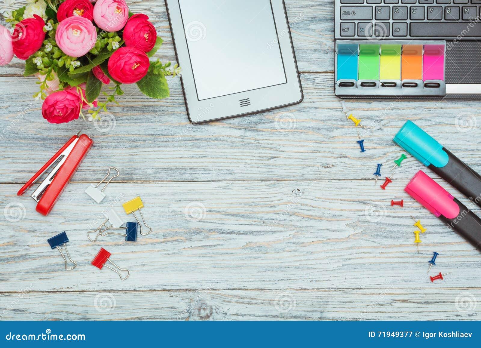 Канцелярские принадлежности, цветки и компьтер-книжка