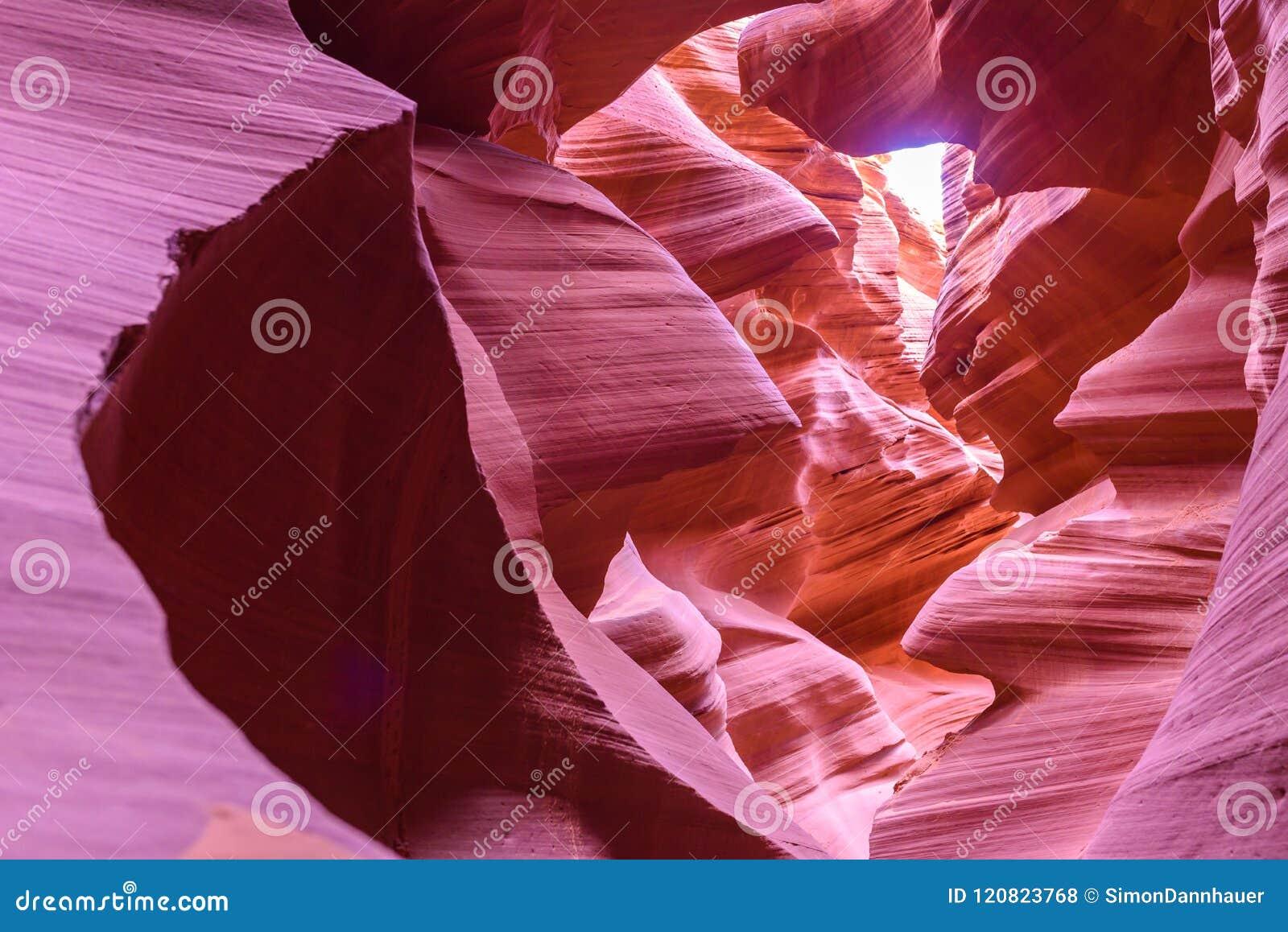 Каньон антилопы - расположенный на земле Навахо около страницы, Аризона, США - красивая покрашенная горная порода в каньоне шлица