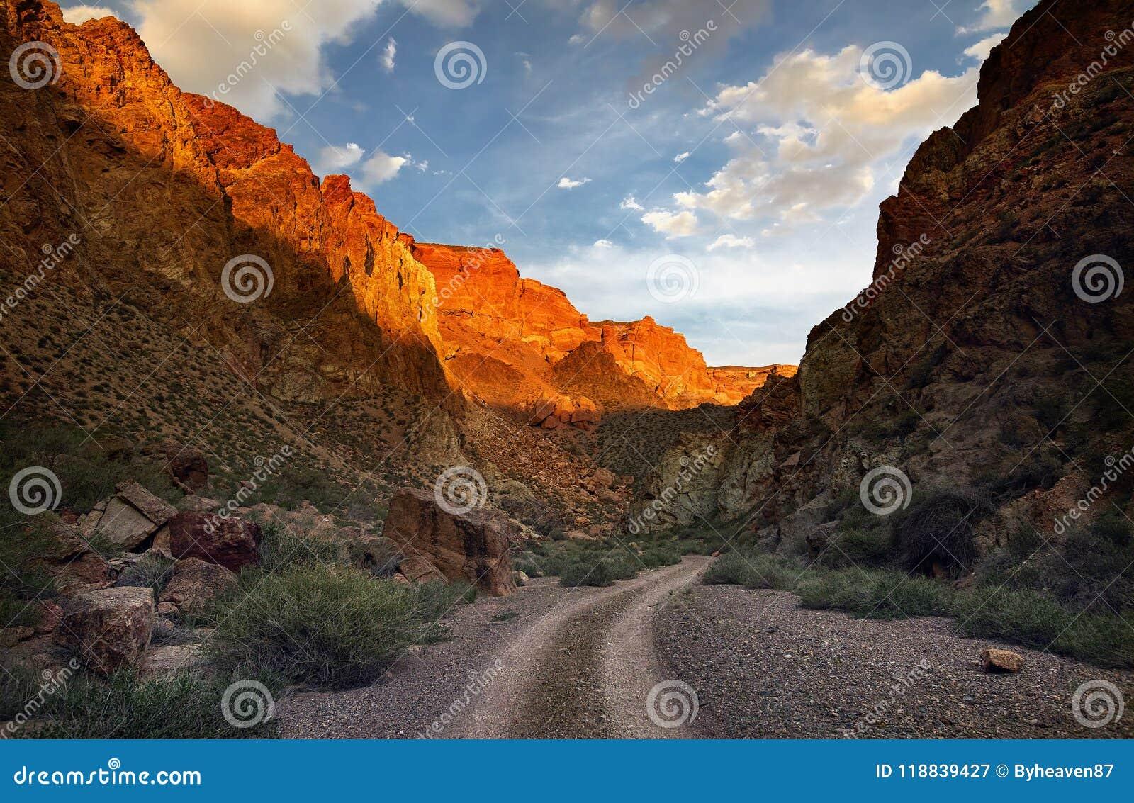 Каньон в пустыне на заходе солнца