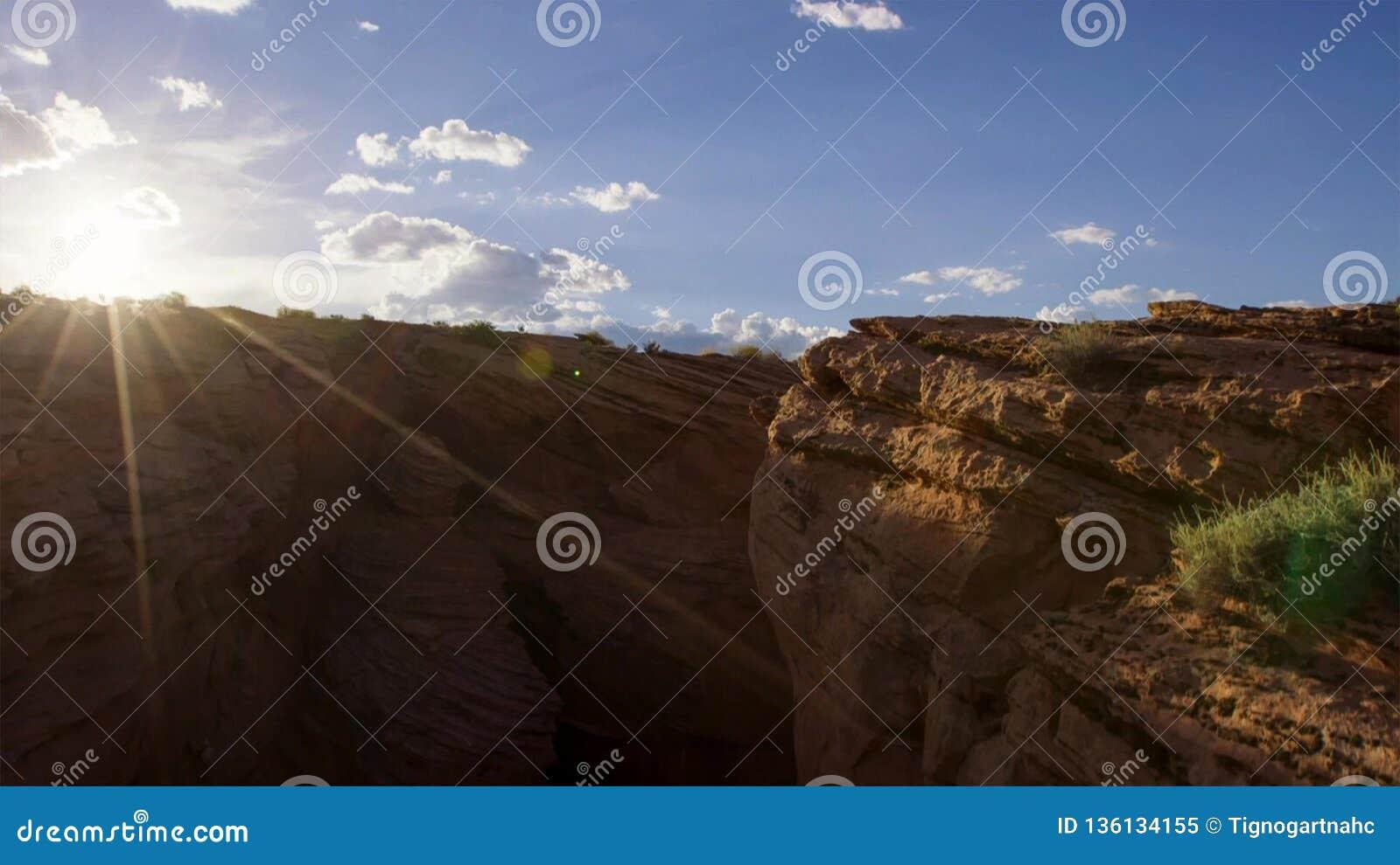 Каньон расширял до тех пор пока земля не ваяна в tableland и изолированные башенкы, Юта, США