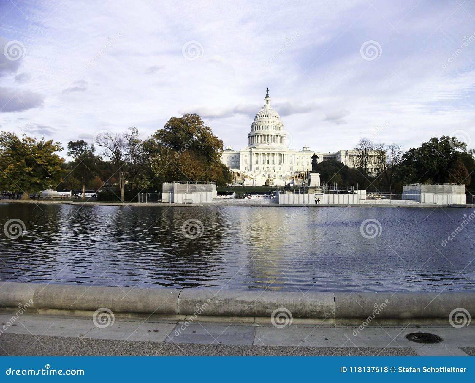 капитолий в Вашингтоне с прудом в фронте