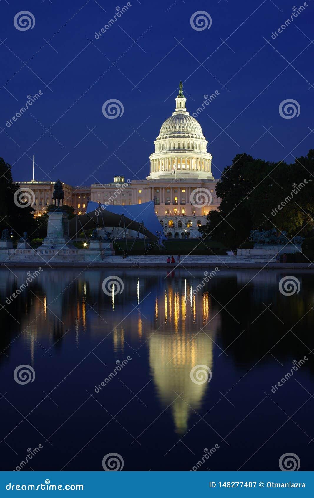 Капитолий Соединенных Штатов и свой DC Вашингтона отражения вечером -