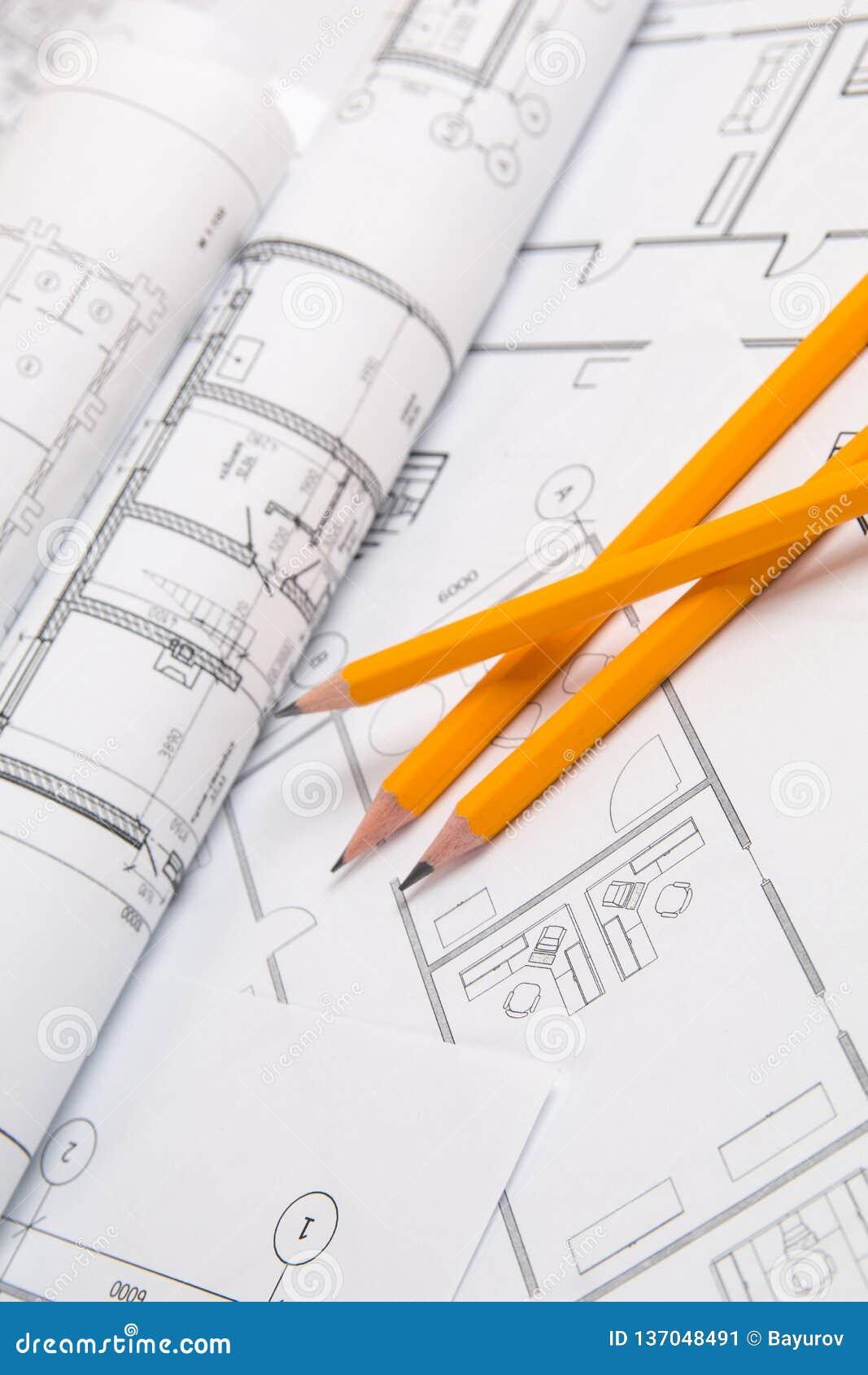 Карандаши и бумажные чертежи и светокопии дома еngineering