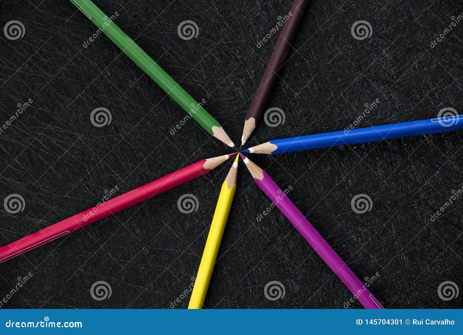 Карандаши цвета объезжают