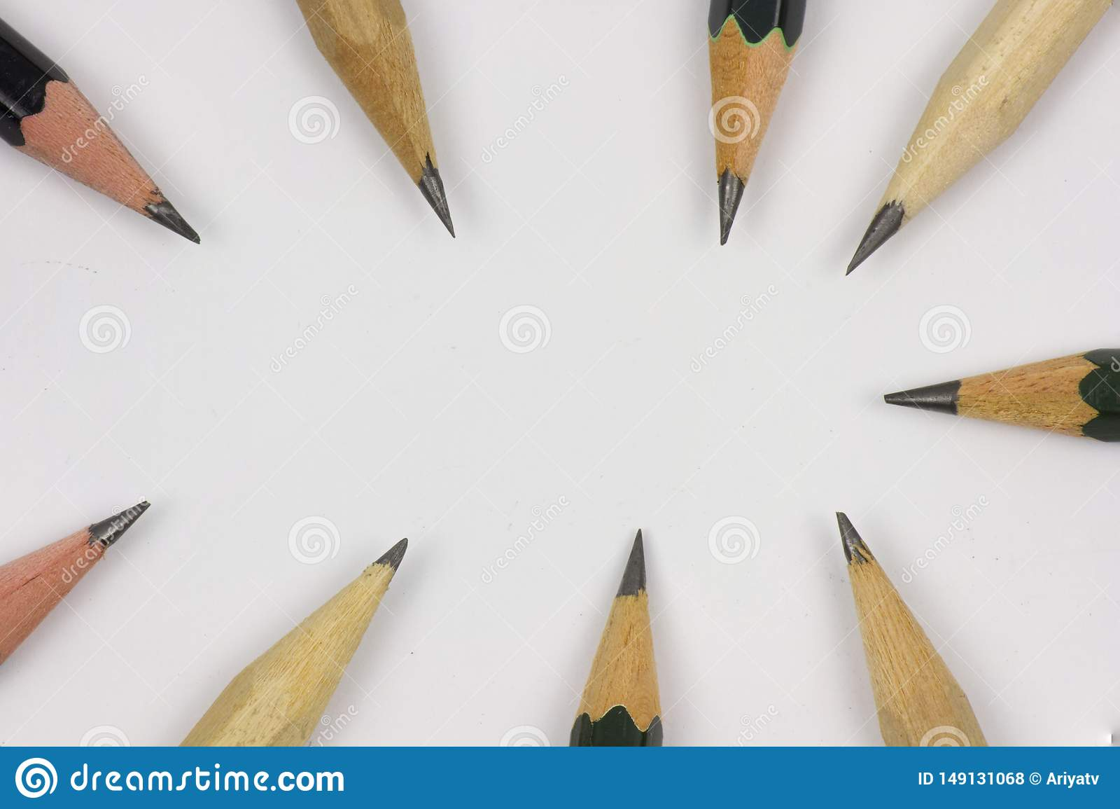 Карандаш с точить на предпосылке белой бумаги