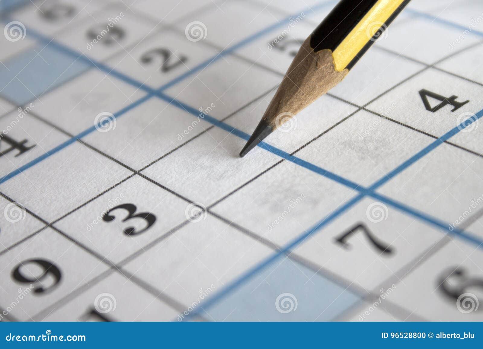 Карандаш на листе решетки головоломки Sudoku