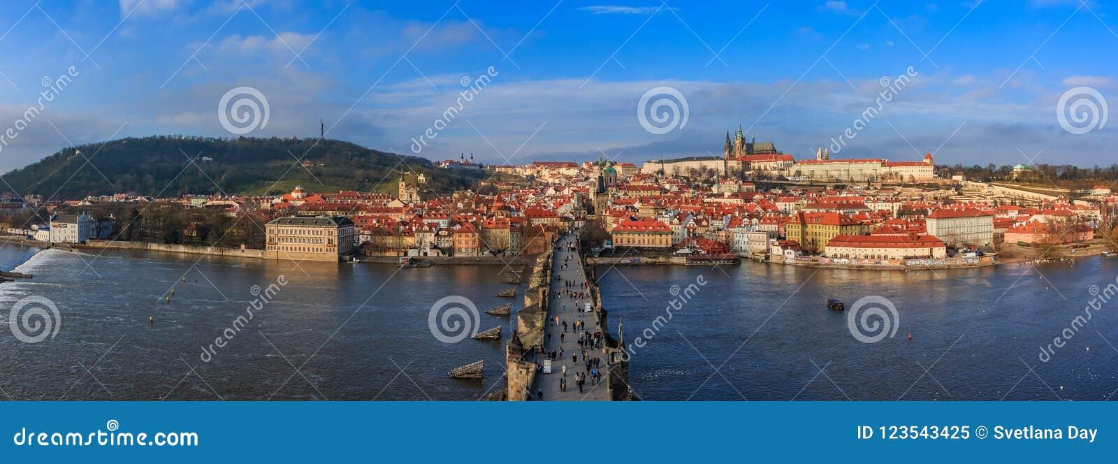 Карлов мост Праги на дневном времени