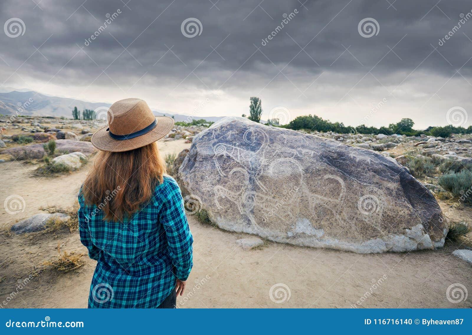 Картина женщины туристская близко старая каменная