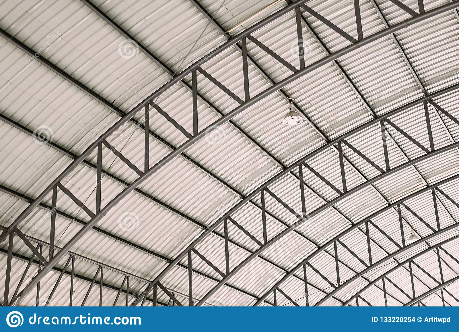 Картина стальных рамок крыши, структуры дизайна крыши кривой стальной с гальванизированным рифленым листом настилая крышу плитки
