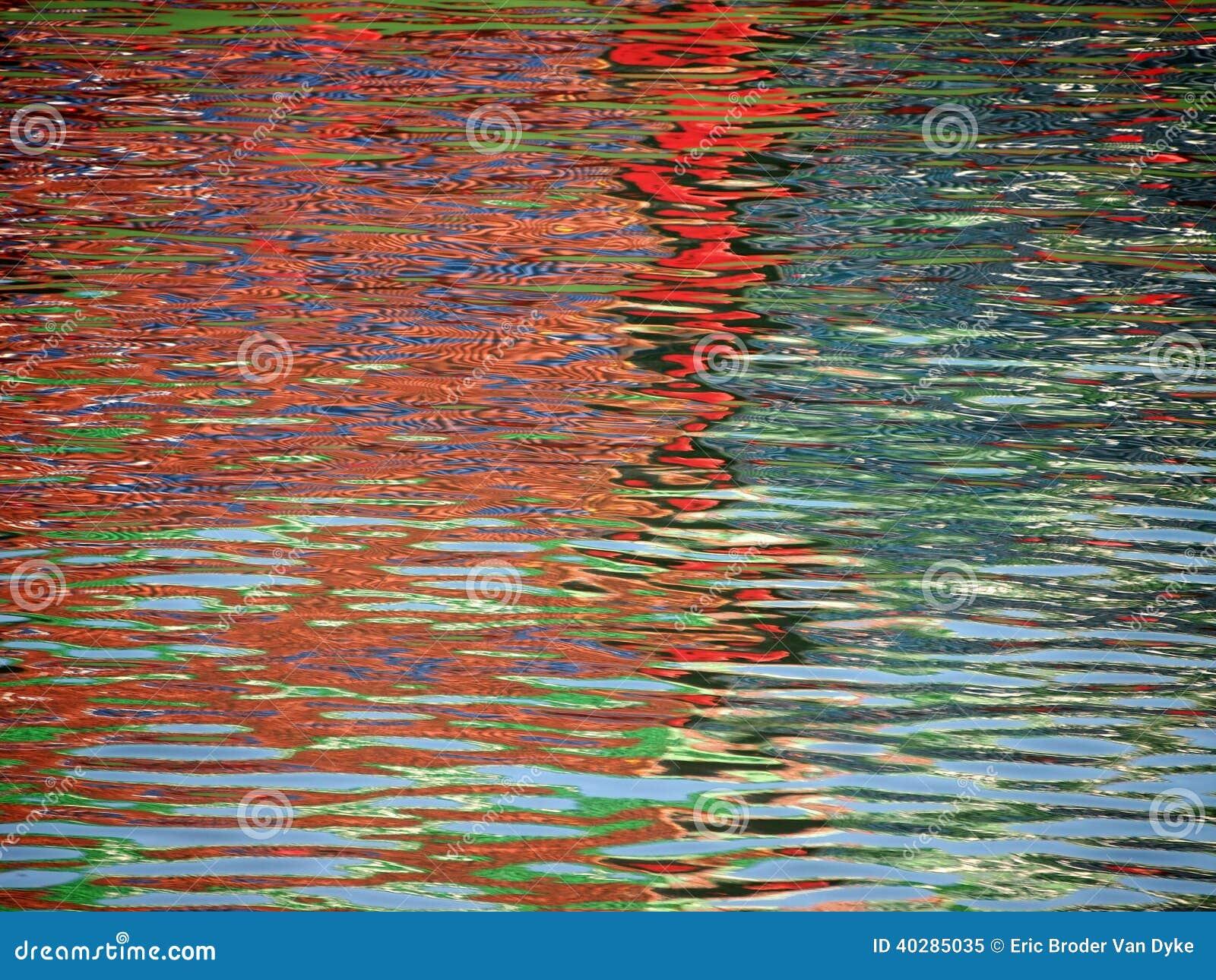 Картина цвета красной сини shimmers и отражает в пульсациях воды