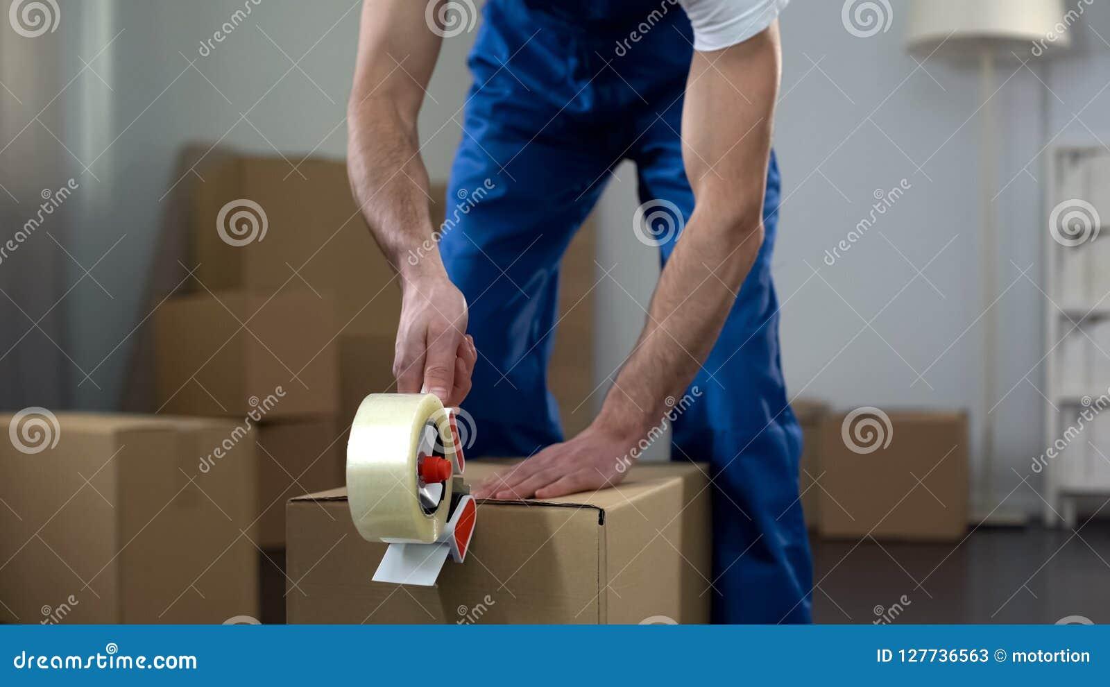 Картонные коробки упаковки работника транспортной компании, качественные обслуживания поставки
